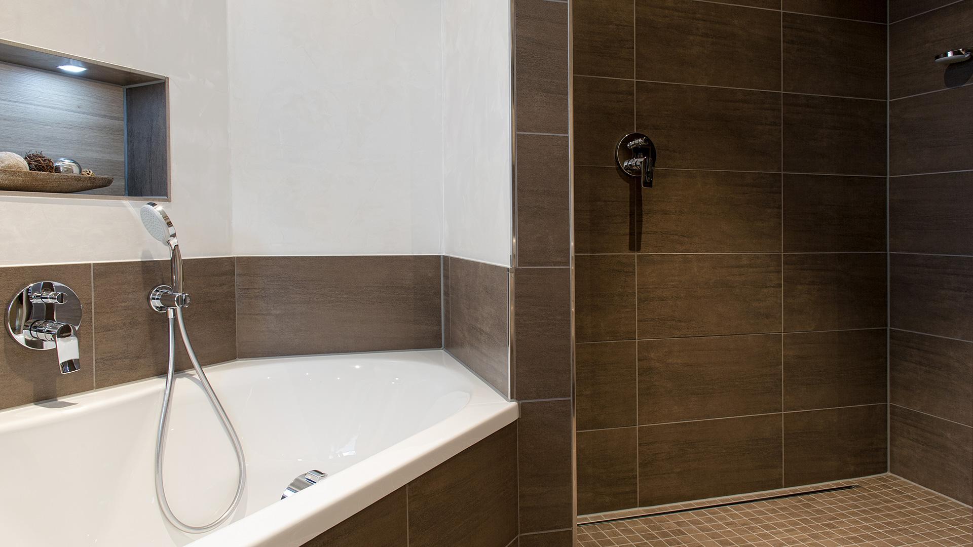 Wanne und Dusche braun gefliest