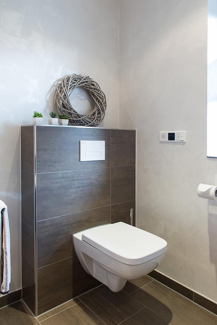 Toilette auf braun gefliester Wand