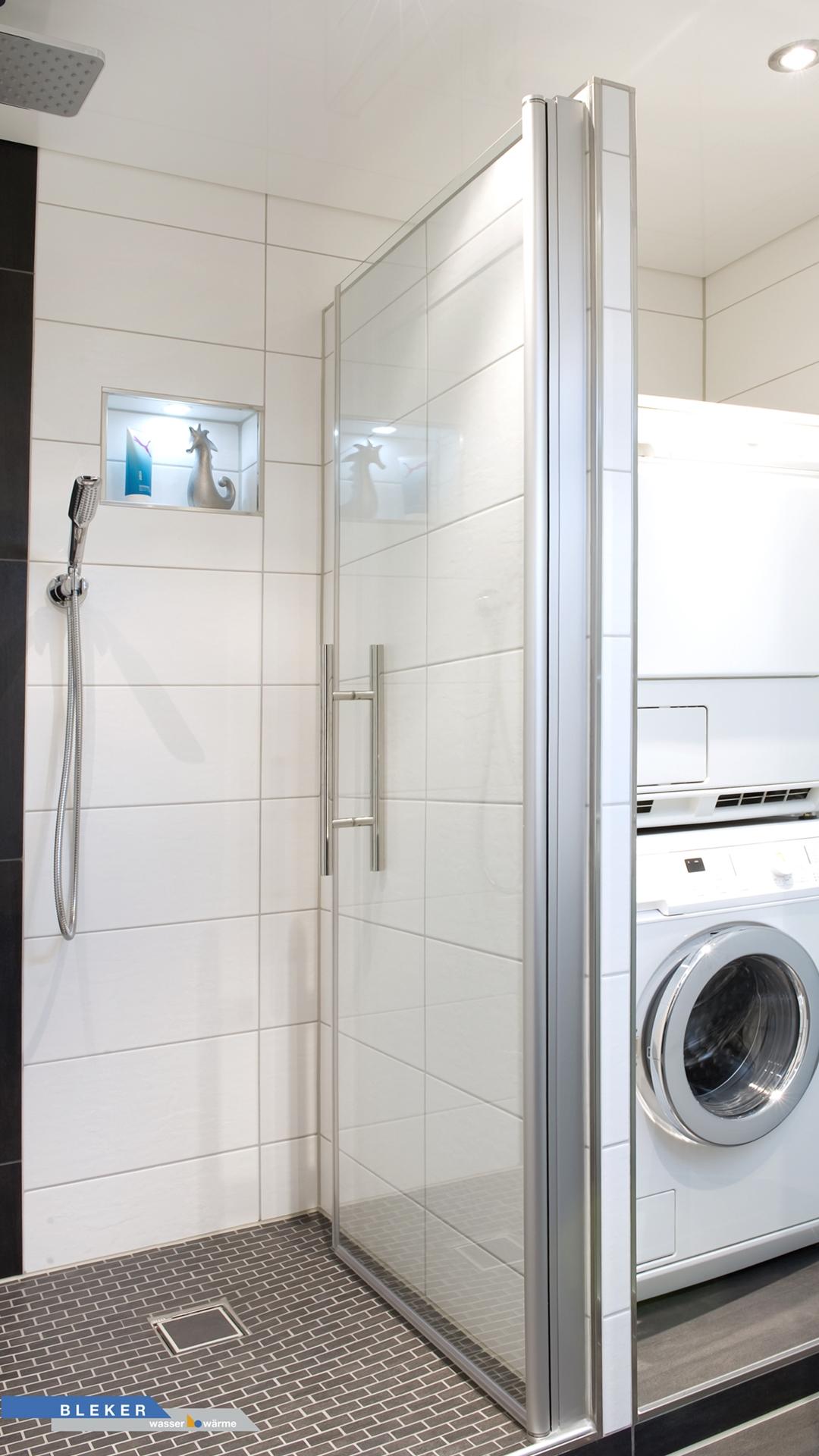 Abstellraum im Bad für Waschmaschine und Trockner neben der Dusche