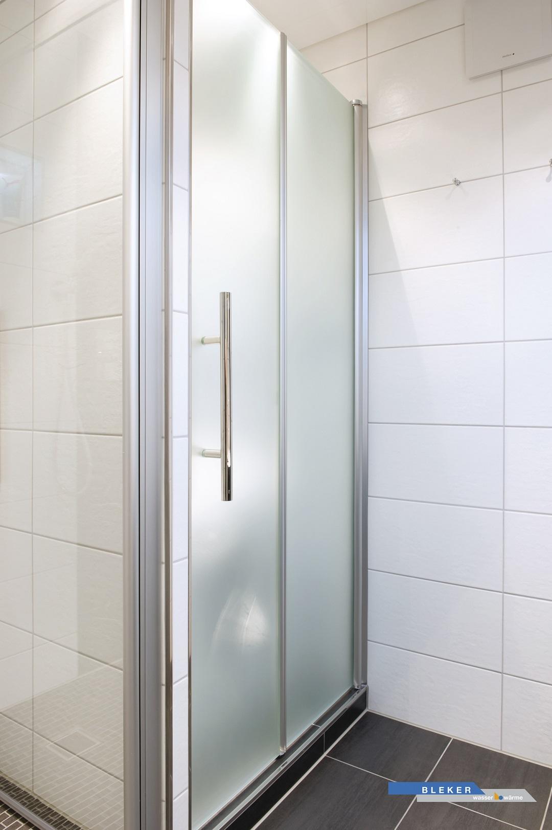 Bad-Abstellraum mit satinierten Glastüren