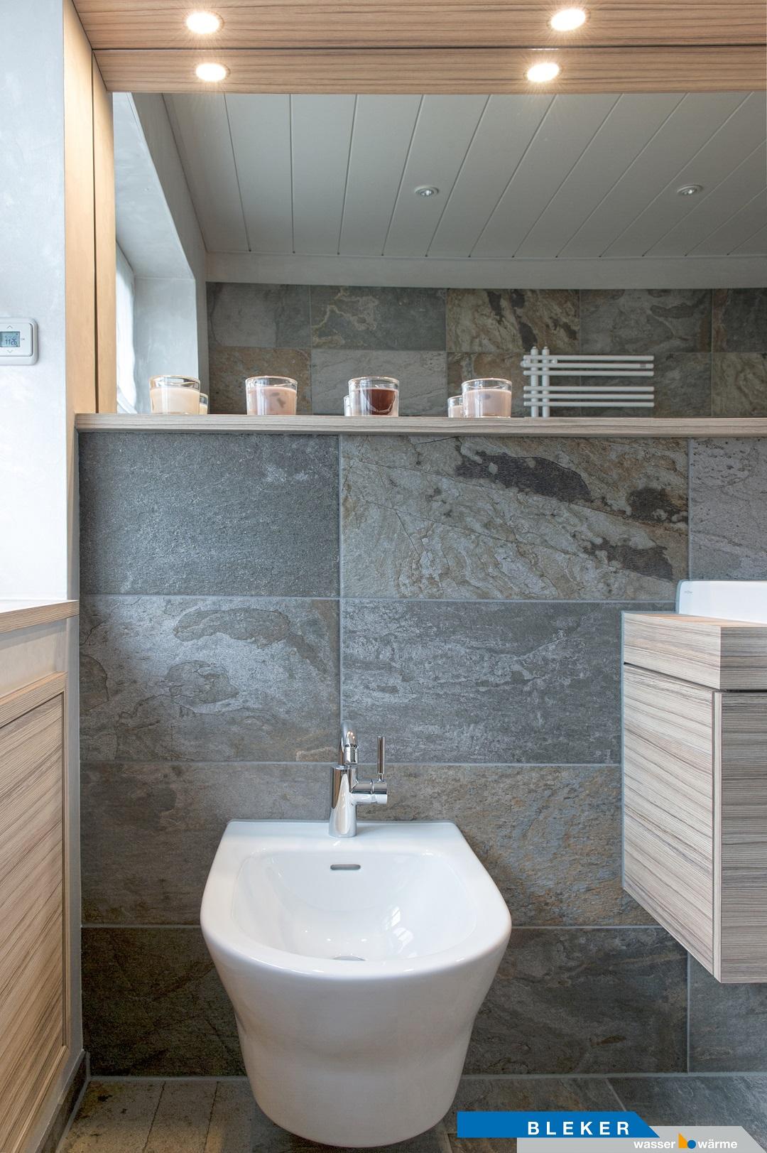 Bad mit Bidet-WC, besondere Natursteinfliesen, Spiegel mit Beleuchtung