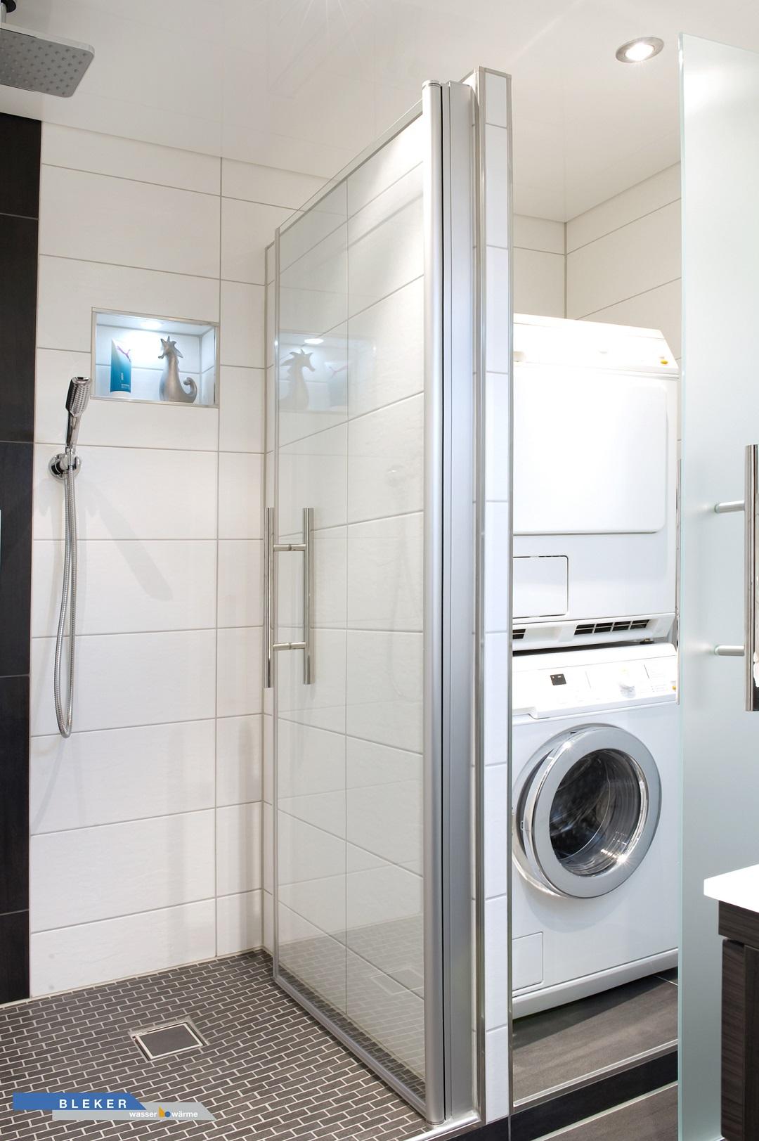 grosse Dusche verbunden mit Abstellraum für Waschmaschine und Trockner