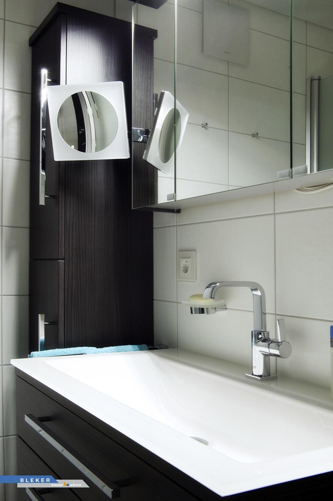 Waschtischanlage mit Glasbecken und grossem Schminkspiegel