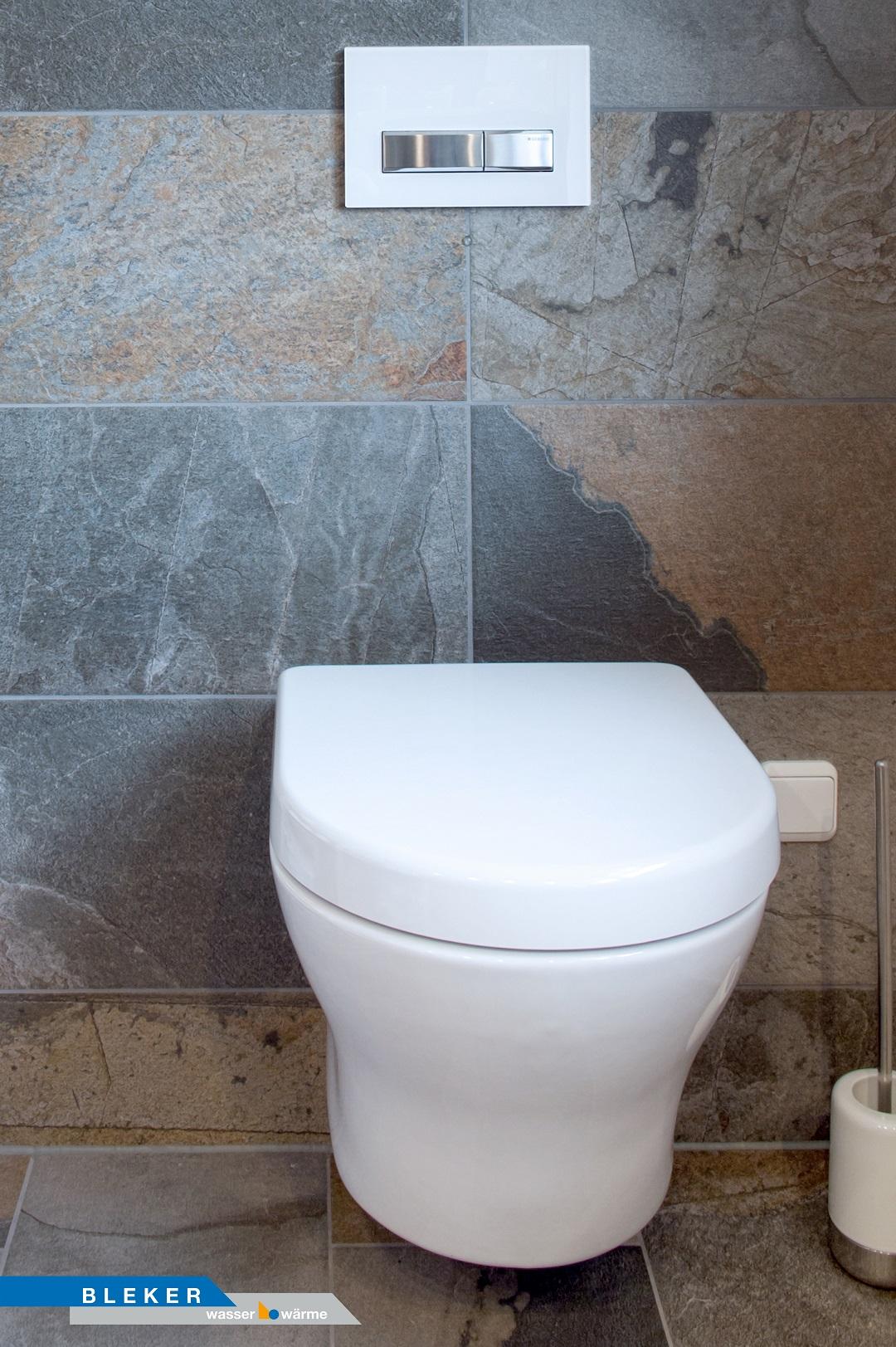 Bad mit WC und Glas-Edelstahl-Drücker Wand-Natursteinfliesen