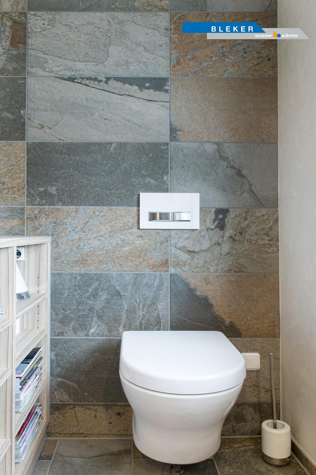 Bad mit Sandsteinfliesen und weisse WC