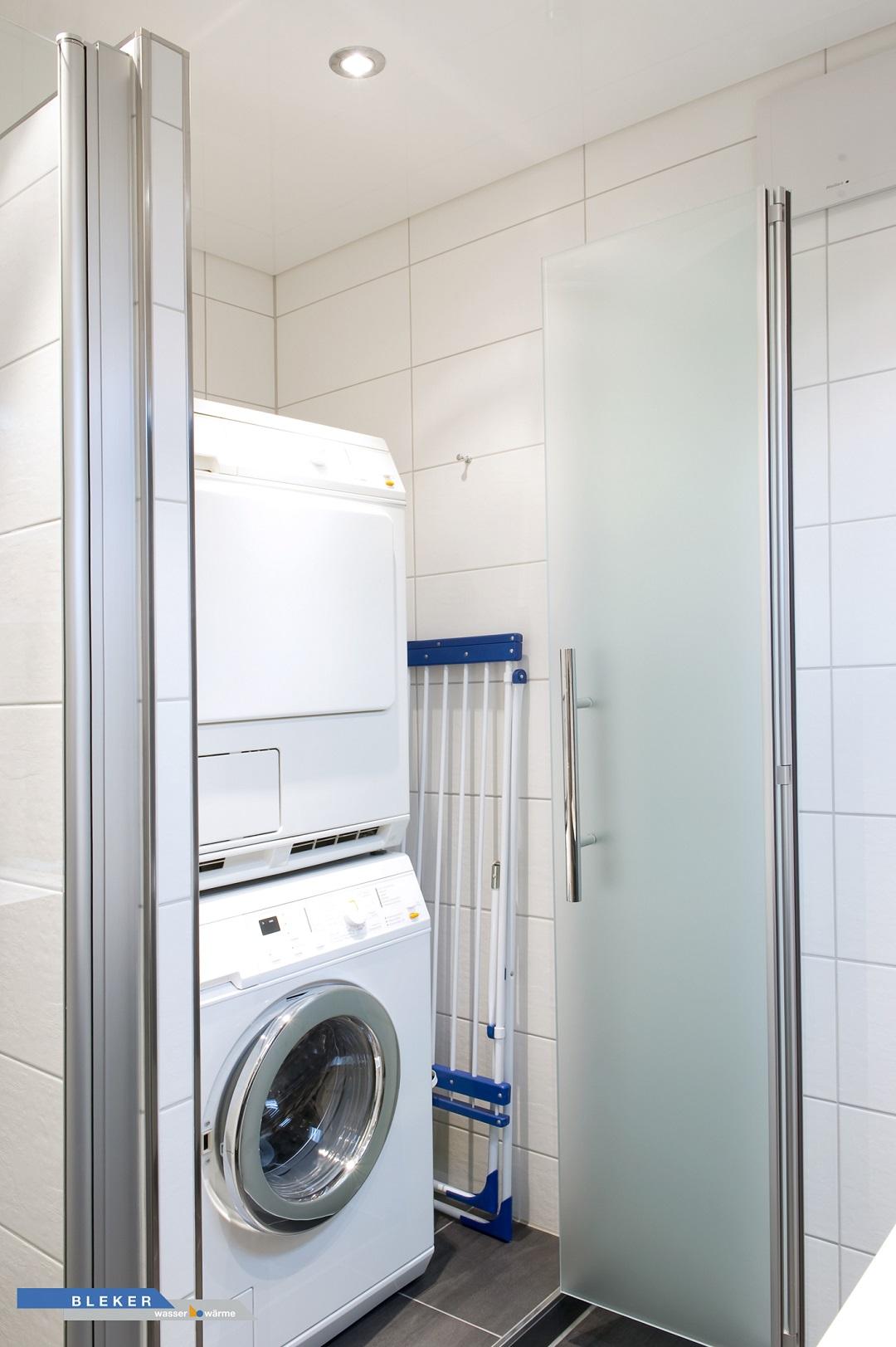 Waschmaschine und Trockner edel im Bad versteckt