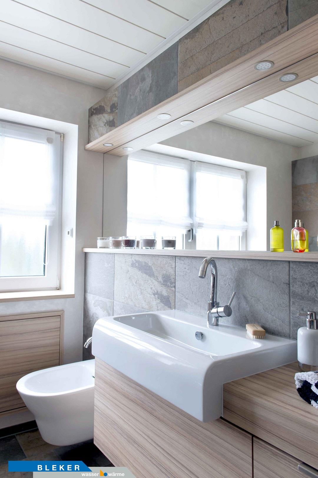 Bad mit Waschtischanlage und Bidet-WC