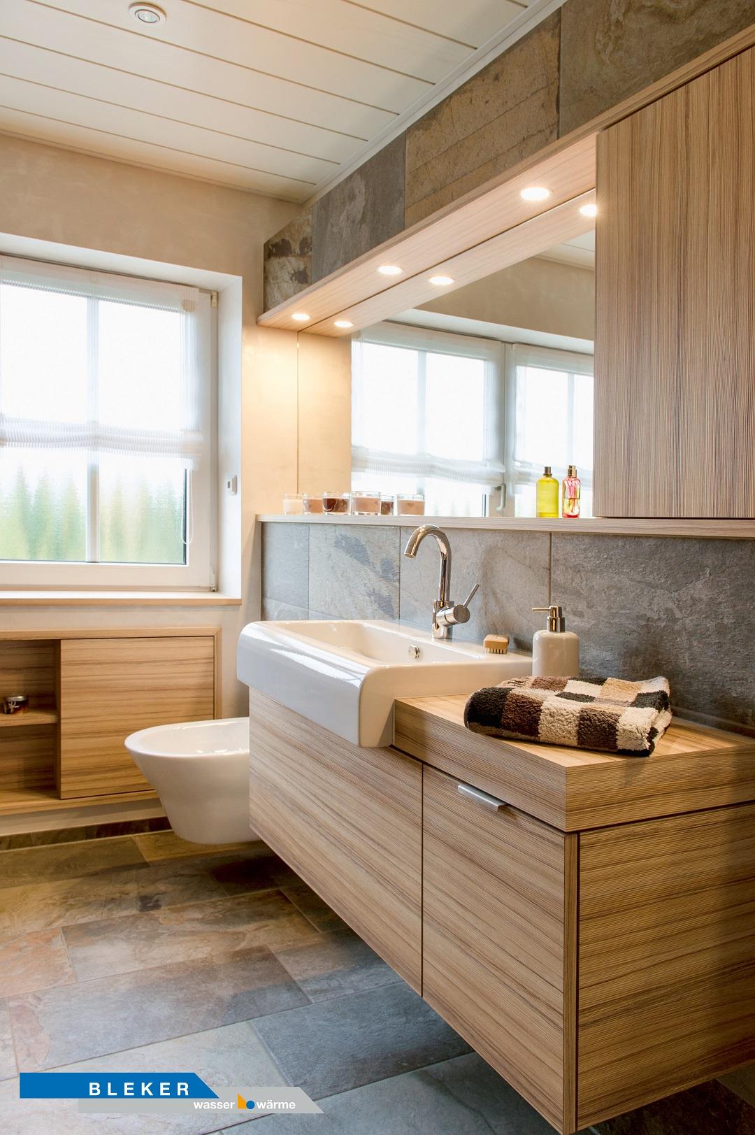 Bad mit grosser Waschtischanlage holzfarben, Natursteinfliesen