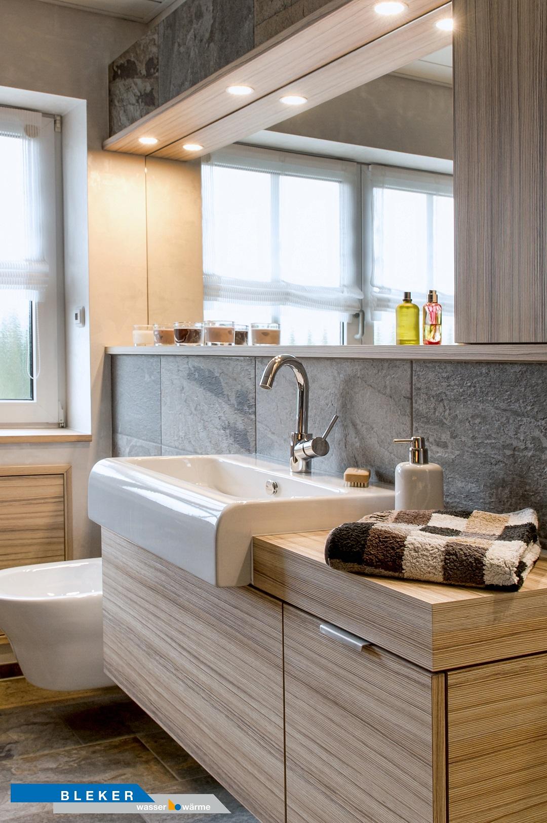 Bad mit grosser Waschtischanlage, beleuchtet