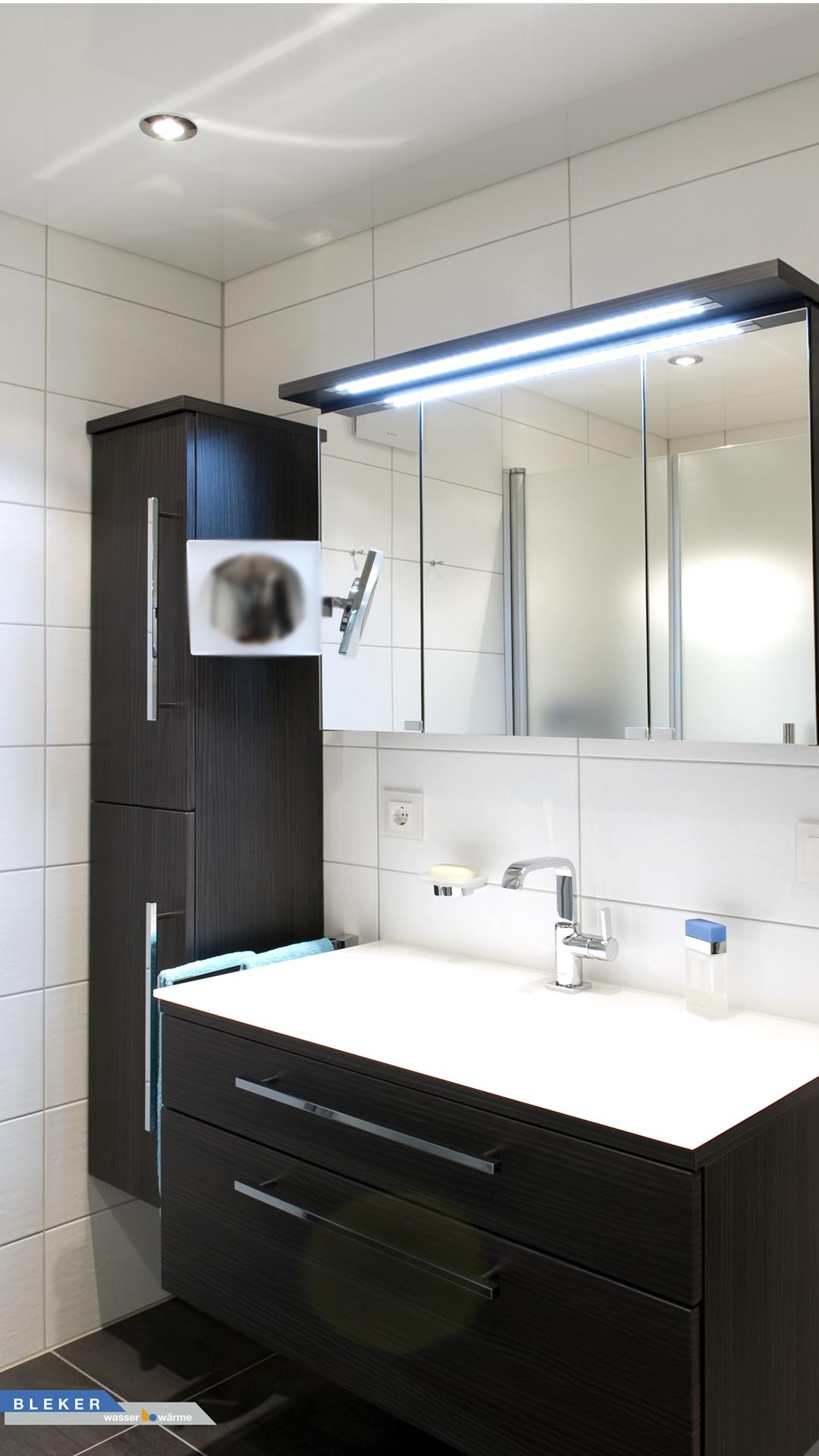 Bad-Waschtischanlage in schwarzbraun