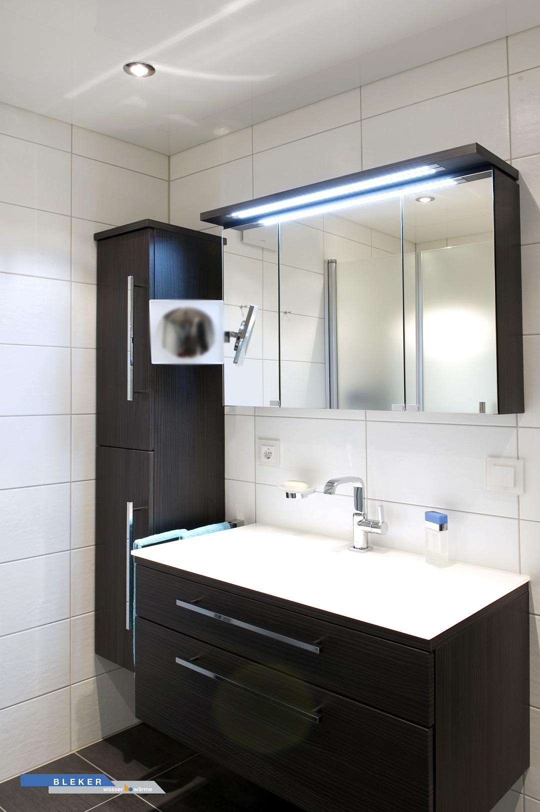 Bad Waschtischanlage mit Seitenschrank in schwarzbraun