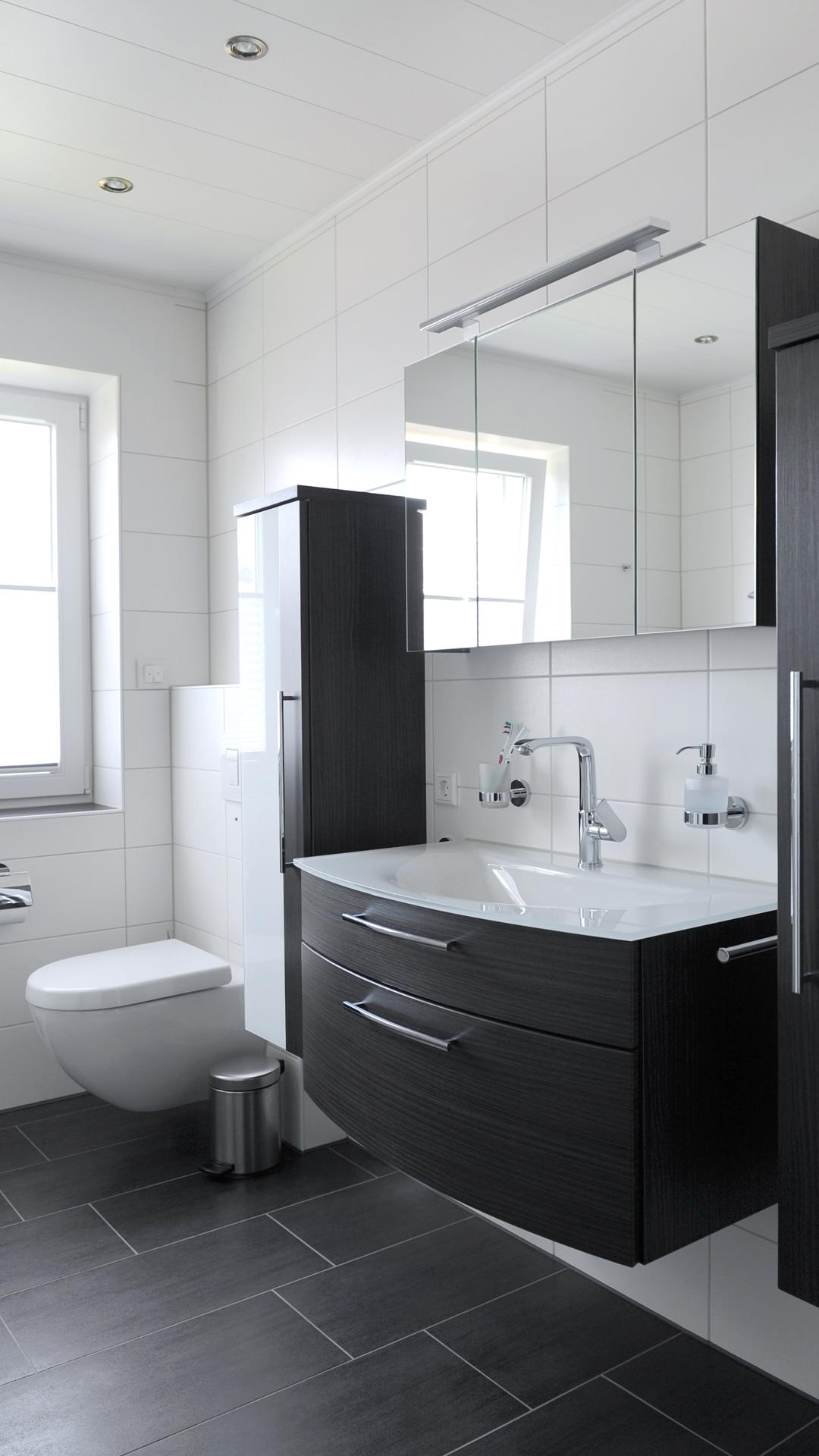 Bad in schwarz-weiss und dunkler Waschtischanlage