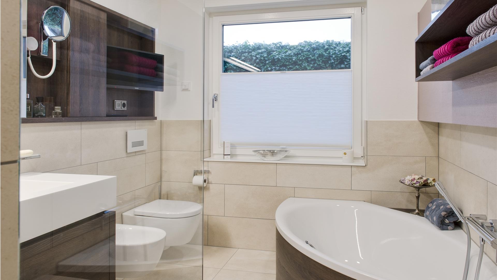 Bad mit Wanne und eingebautem Fernseher