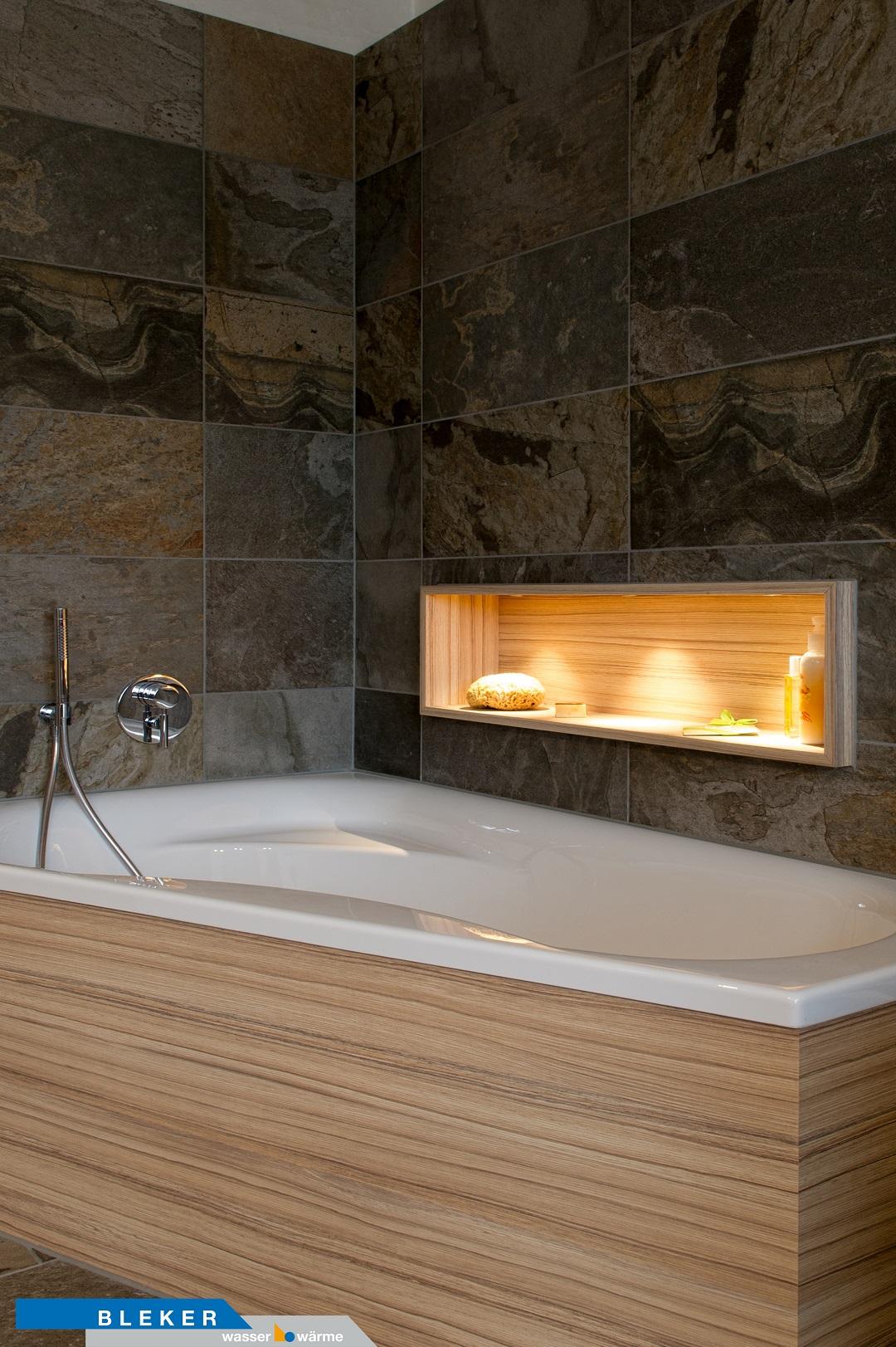 Badewanne, Natursteinwandfliesen, beleuchtetes Ablagefach