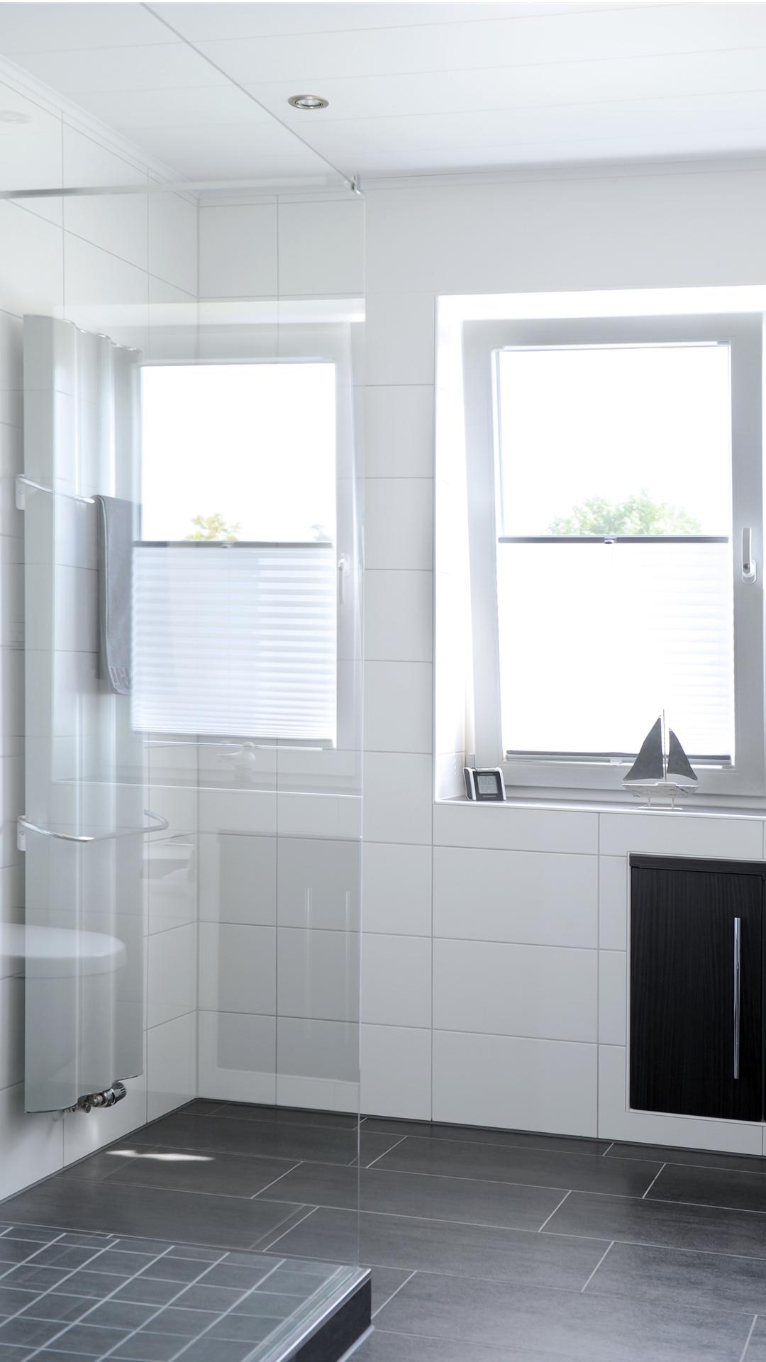 Bad in schwarz-weiss gefliest mit silbergrauem Designhandtuchheizkörper