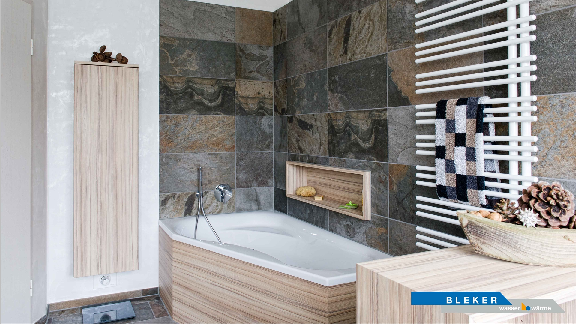 Badewanne vor Design-Fliesenwand