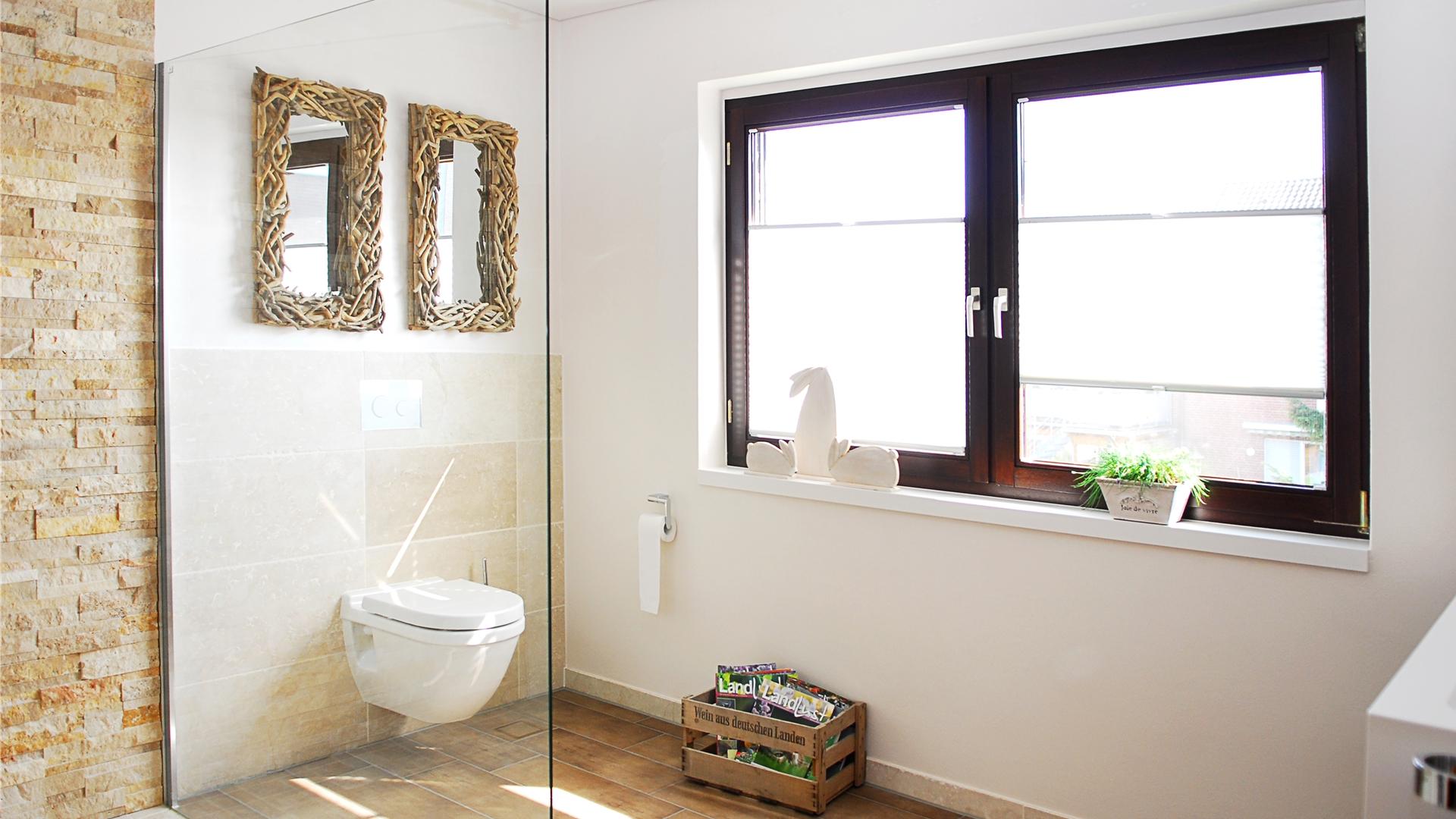 Tolles Badezimmer mit Natursteinen und Holzspiegeln