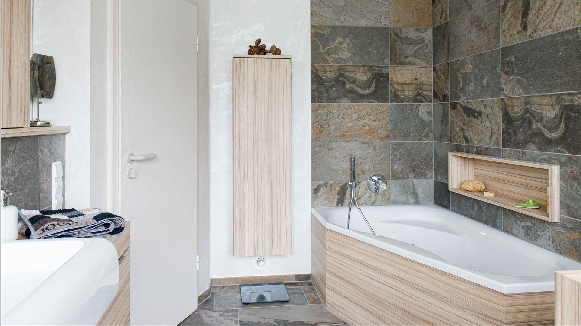 Bad mit Wanne und Hochschrank in hellem Holz