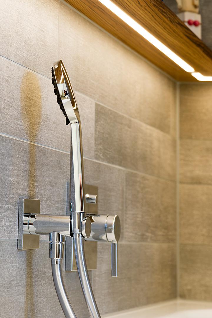 Brausearmatur über der Wanne im Badezimmer in Borken