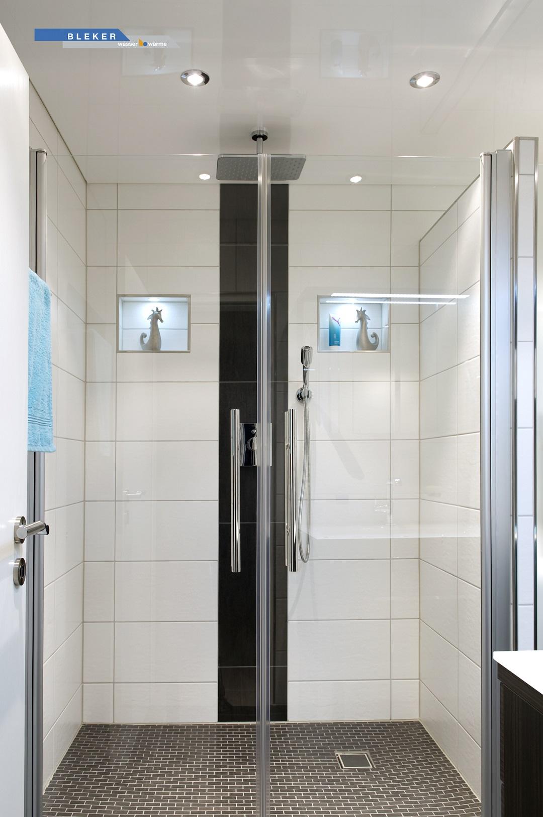 grosse helle Dusche mit weisser Lackspanndecke