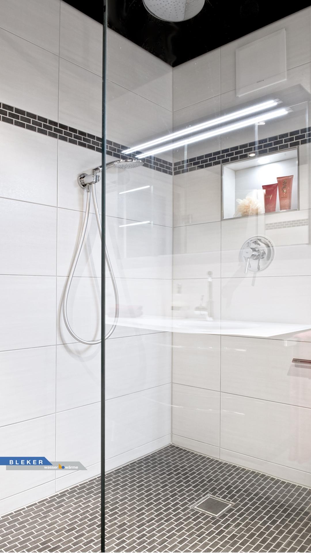 große Dusche hinter Glaswand