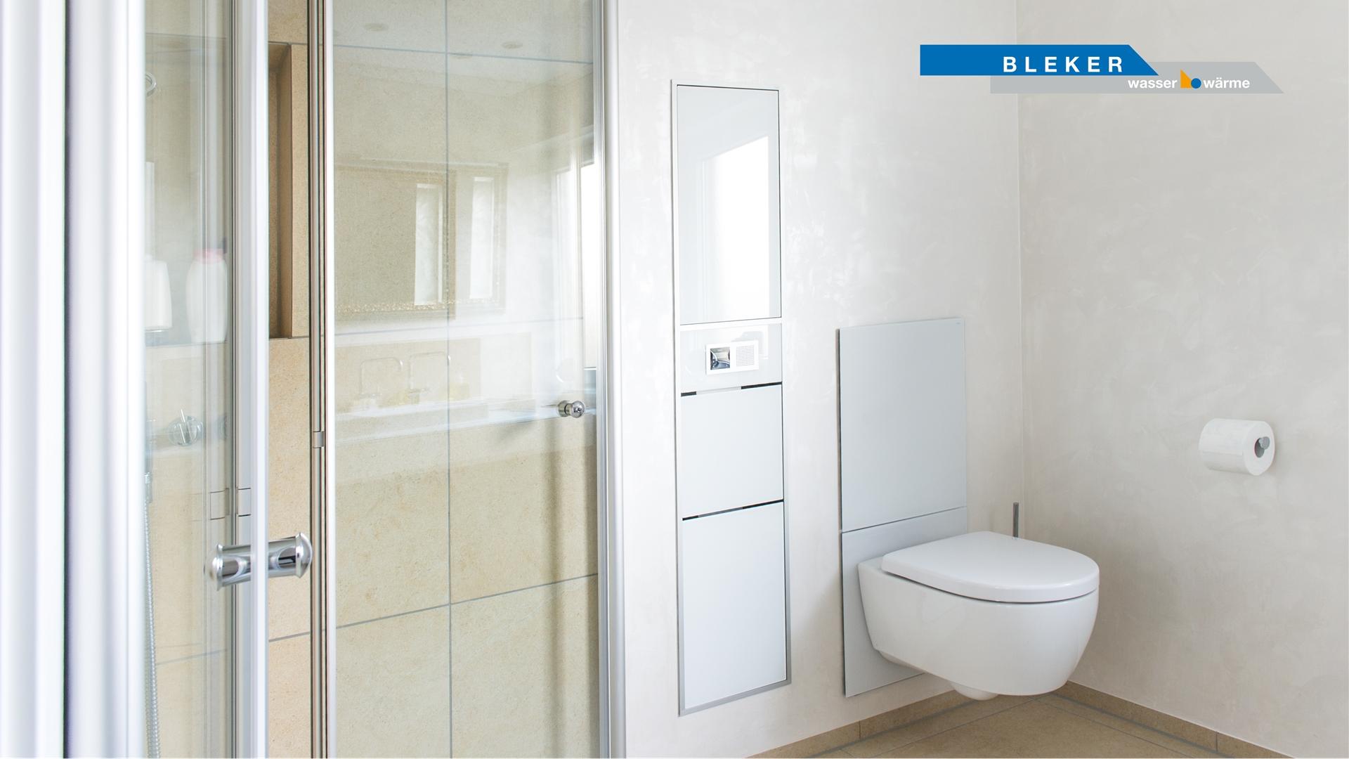 Dusche neben Einbauschrank mit Glastüren und Toilette