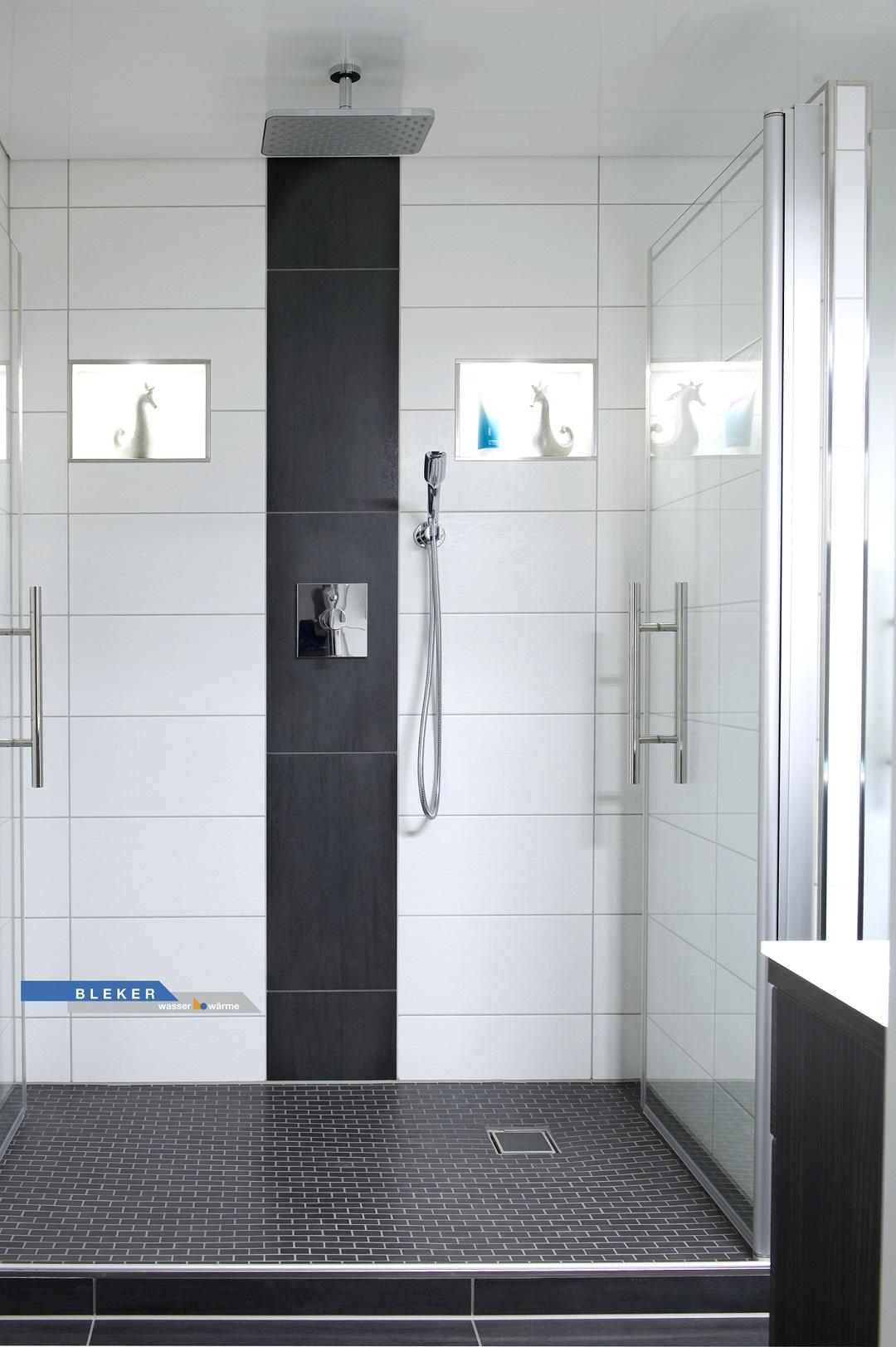 grosse Dusche weiss schwarz gefliest