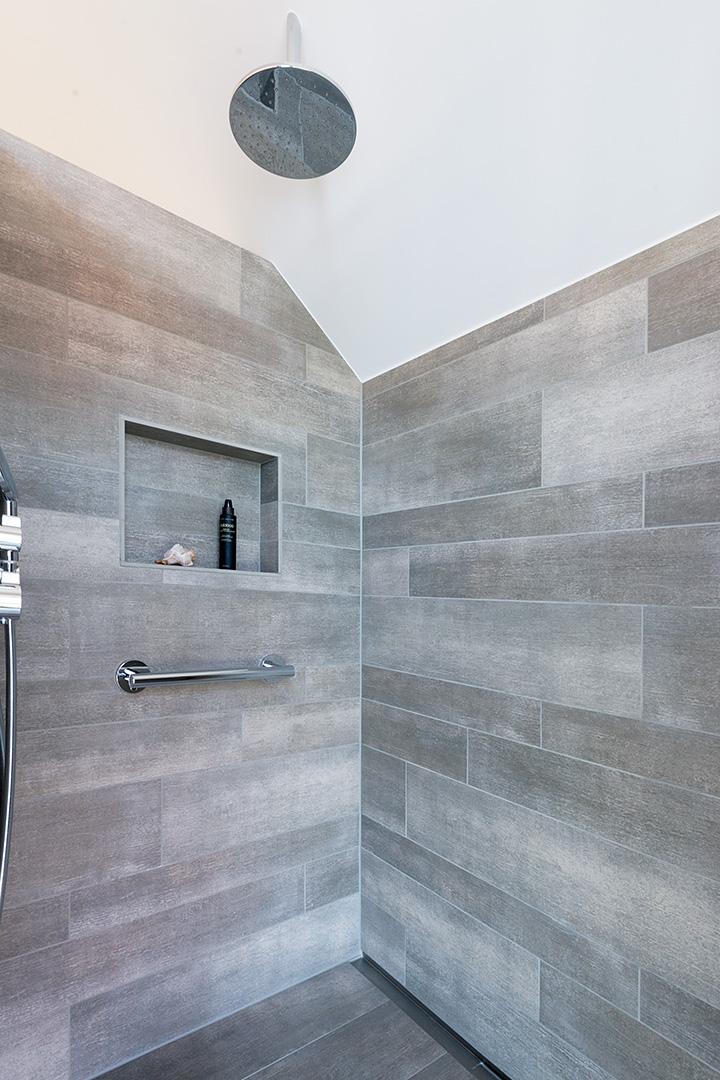 Regendusche mit Ablagefach im Badezimmer in Borken