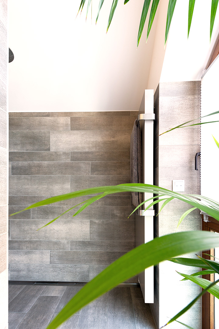 geflieste Wand in Betonoptik mit Wandheizkörper im Badezimmer in Borken