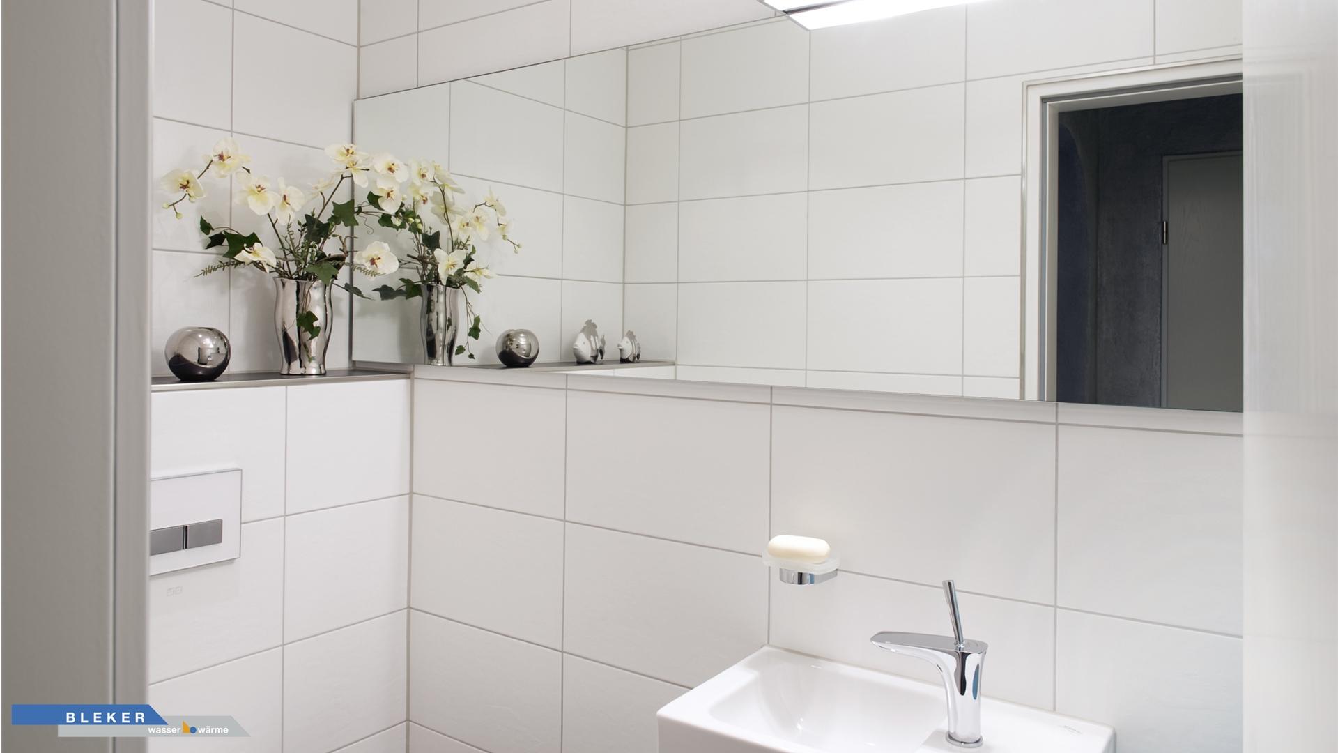 Gäste-WC weisse Fliesen und grosser Spiegel