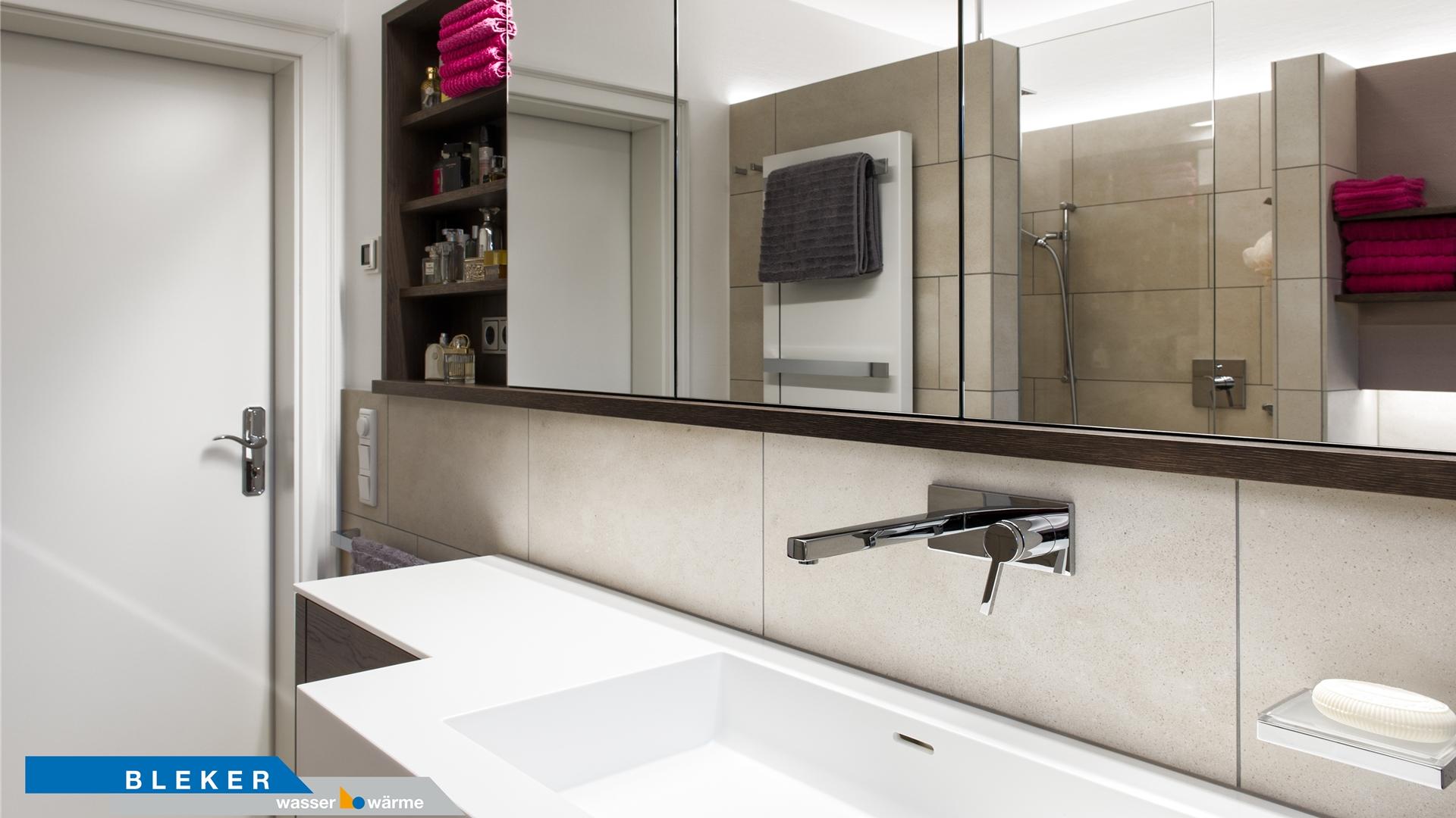 Großer weißer Waschtisch mit Spiegelschrank in schwarzbraun