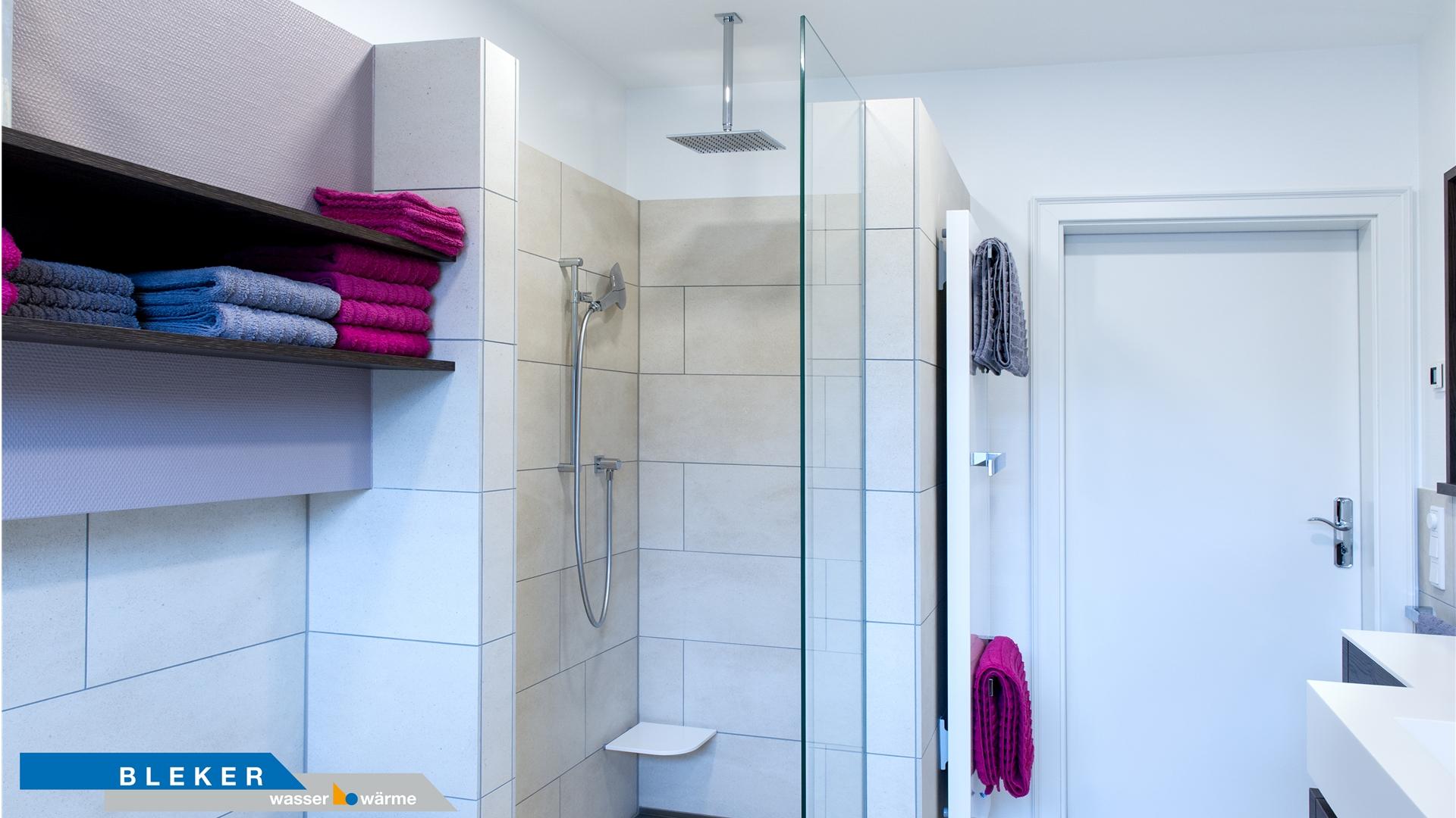 helles Bad mit Regendusche und Handtuchregal