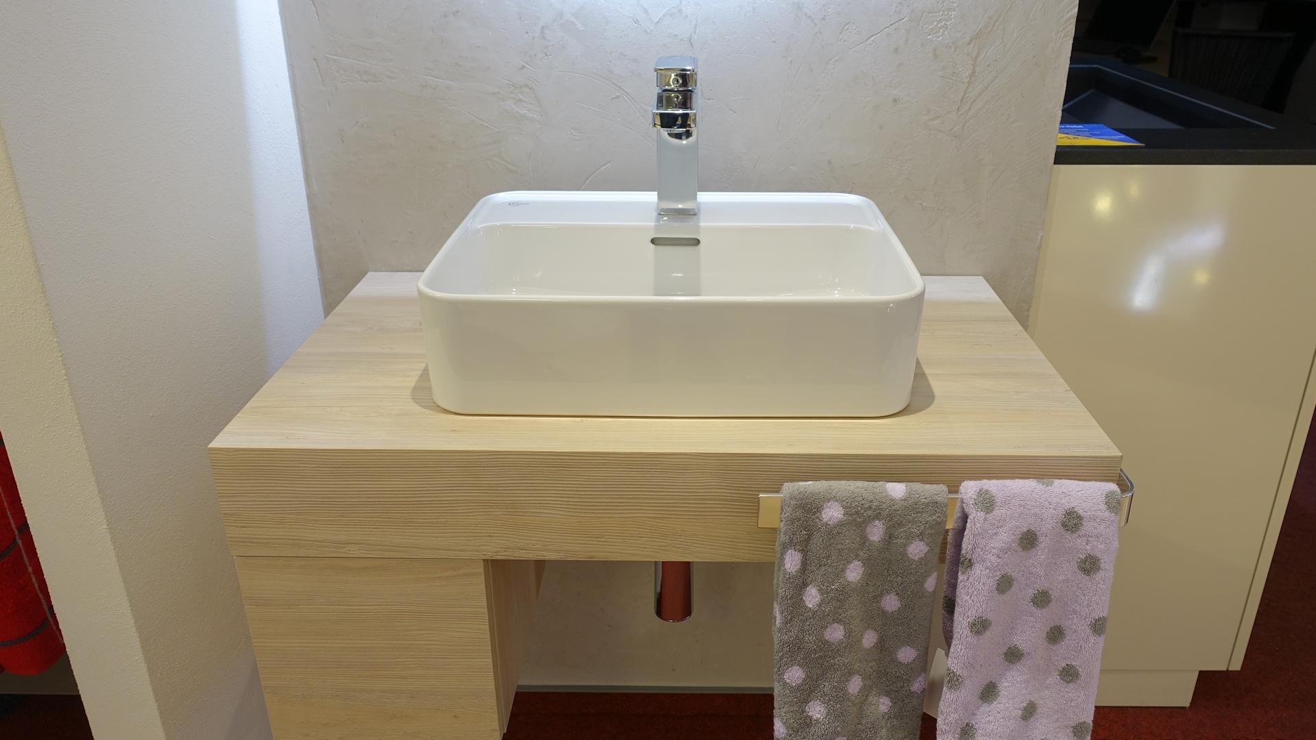 Waschtisch mit weißem Aufsatzwaschecken in Pinie