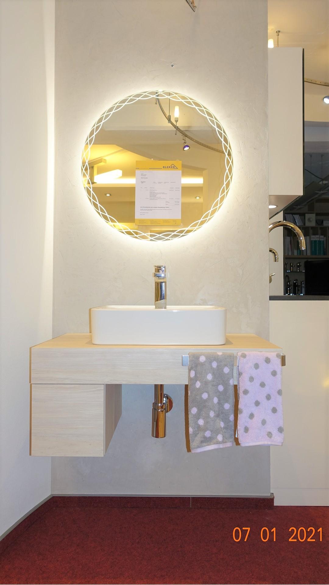 Schöne Möbelanlage in Pinie mit rundem Spiegel