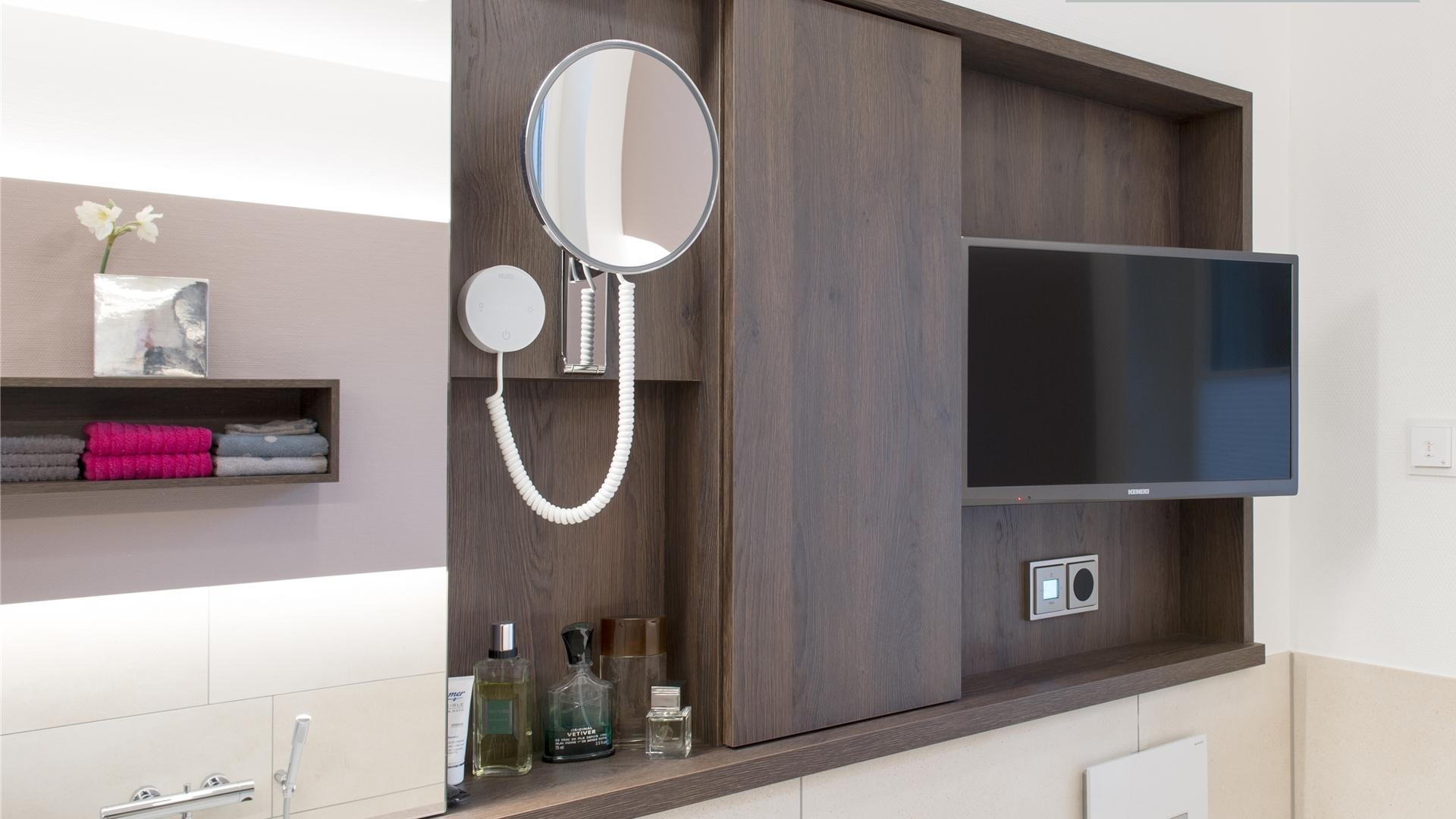 Spiegelschrank mit eingebautem Fernseher und extra Kosmetikspiegel