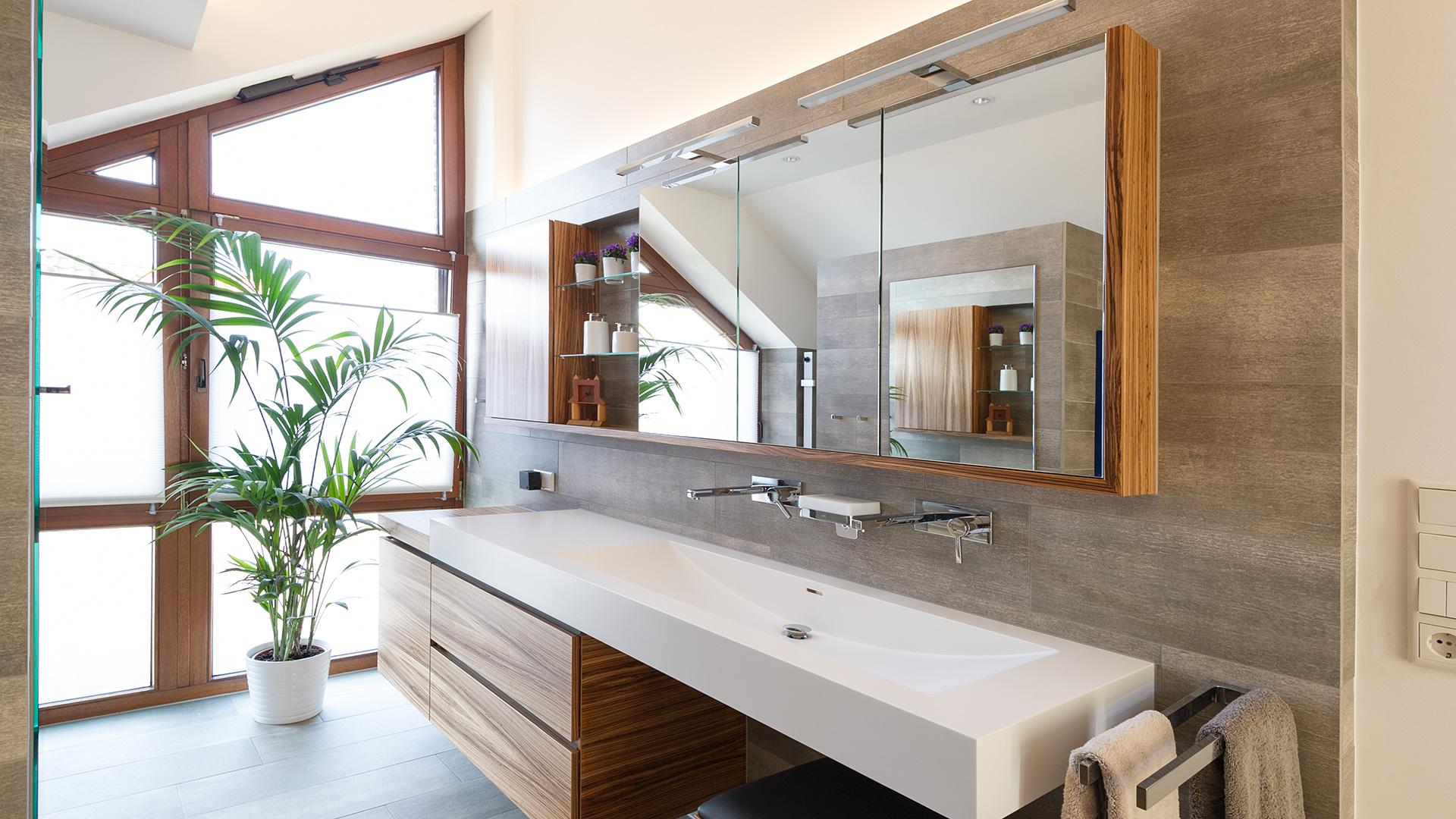 Tolle Waschtischanlage vor großem Fenster in Borken