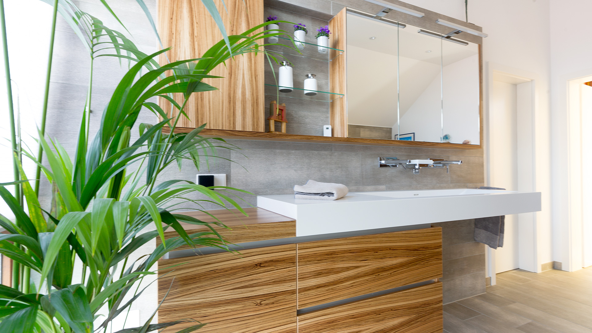 besondere Waschtischanlage in Holz mit Palme in Borken