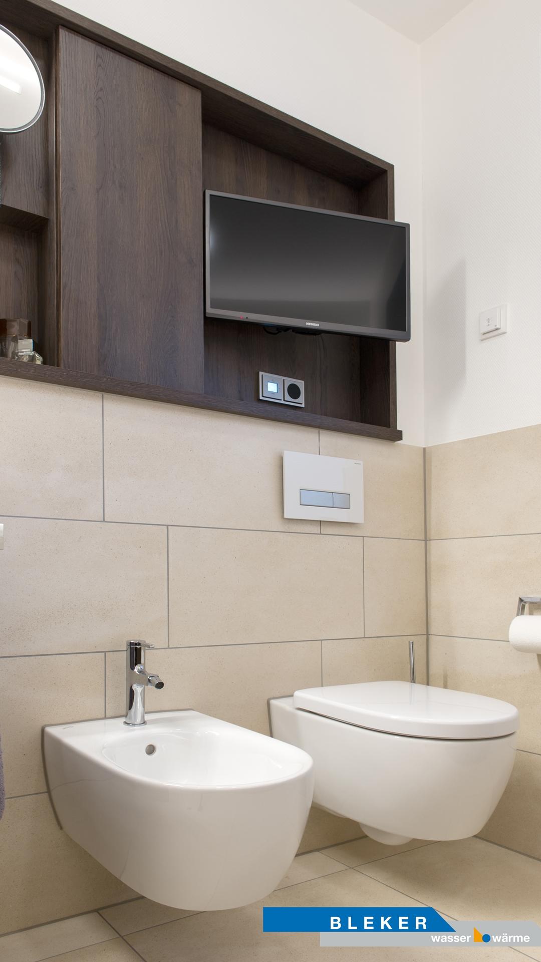 Toilette und Bidet darüber ein eingebauter Fernseher