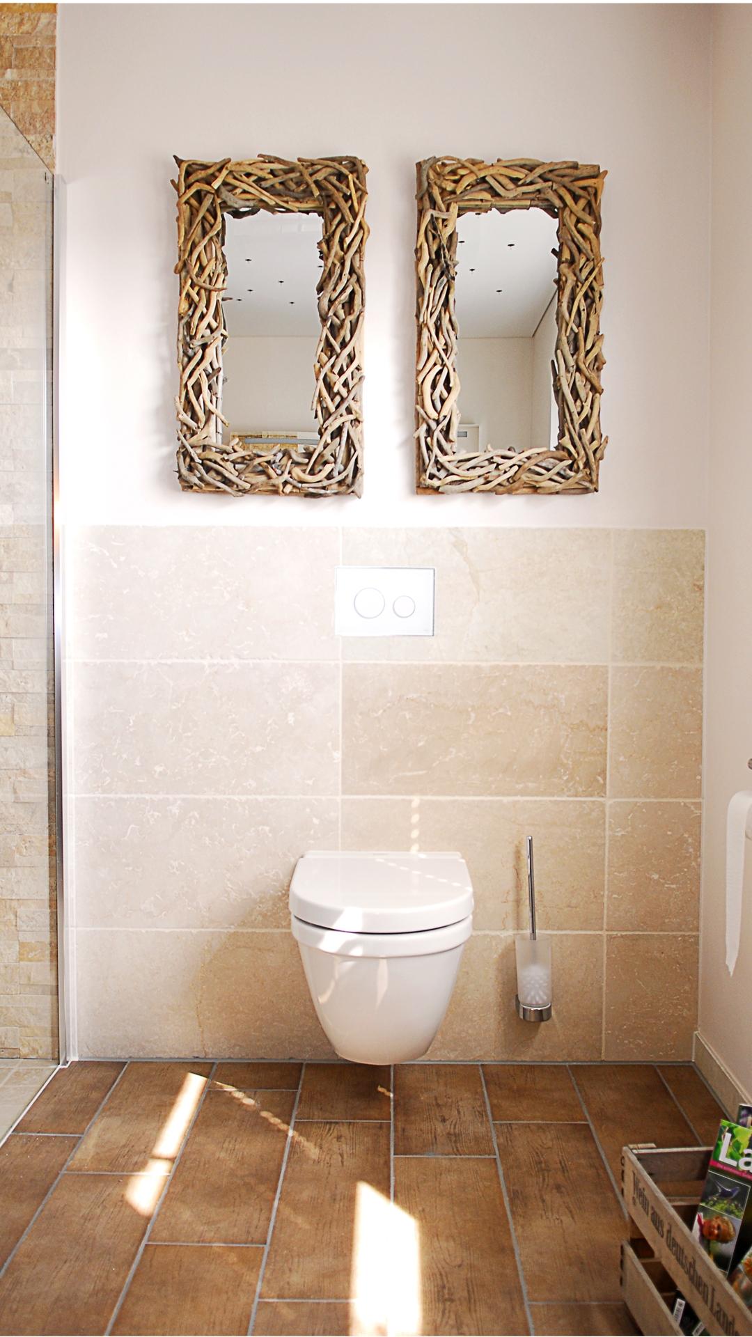 Toilette an Wand mit tollen Spiegeln aus Holz