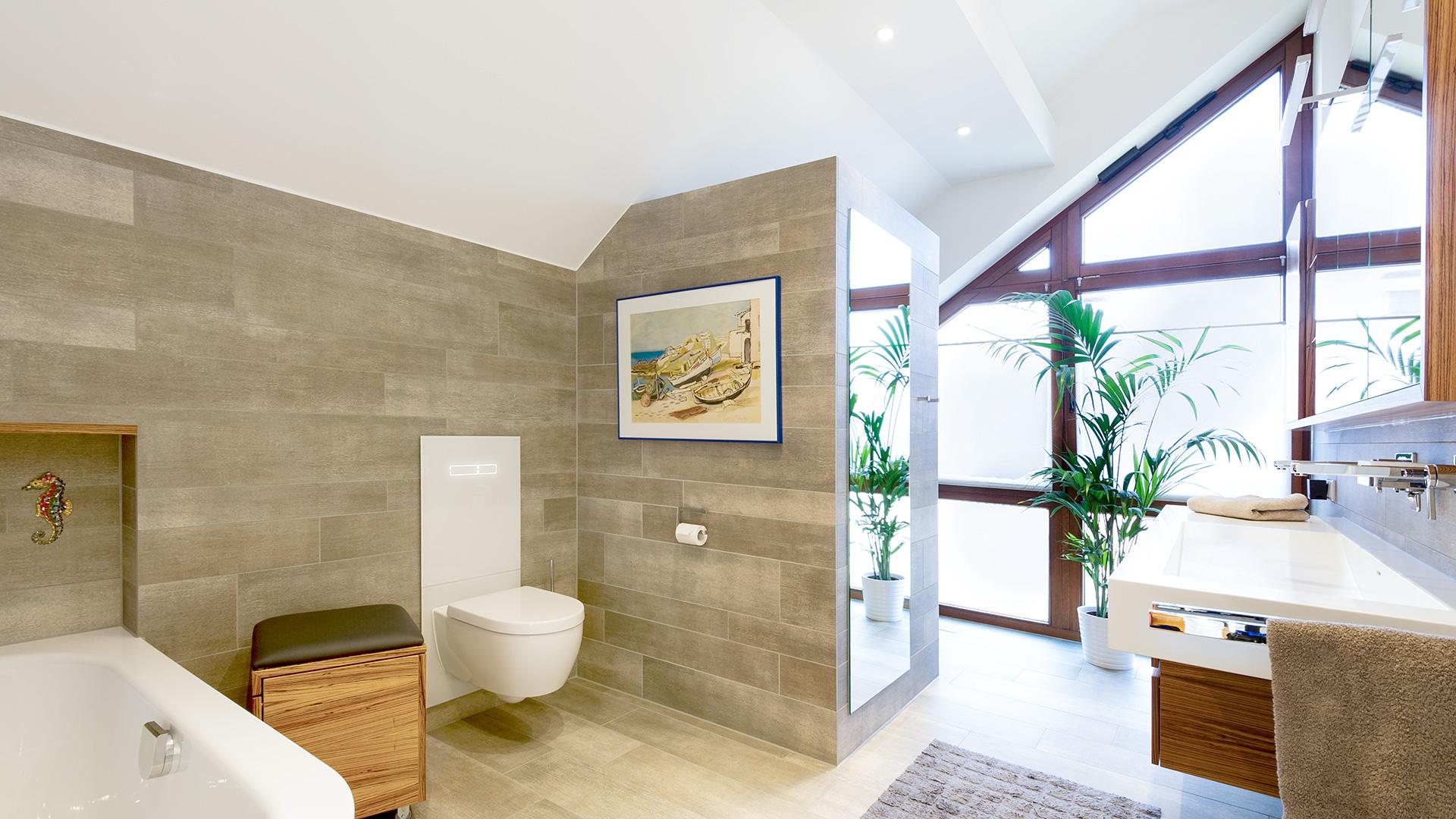besonderes Bad mit Sandstein-Fliesen und großem Fenster in Borken