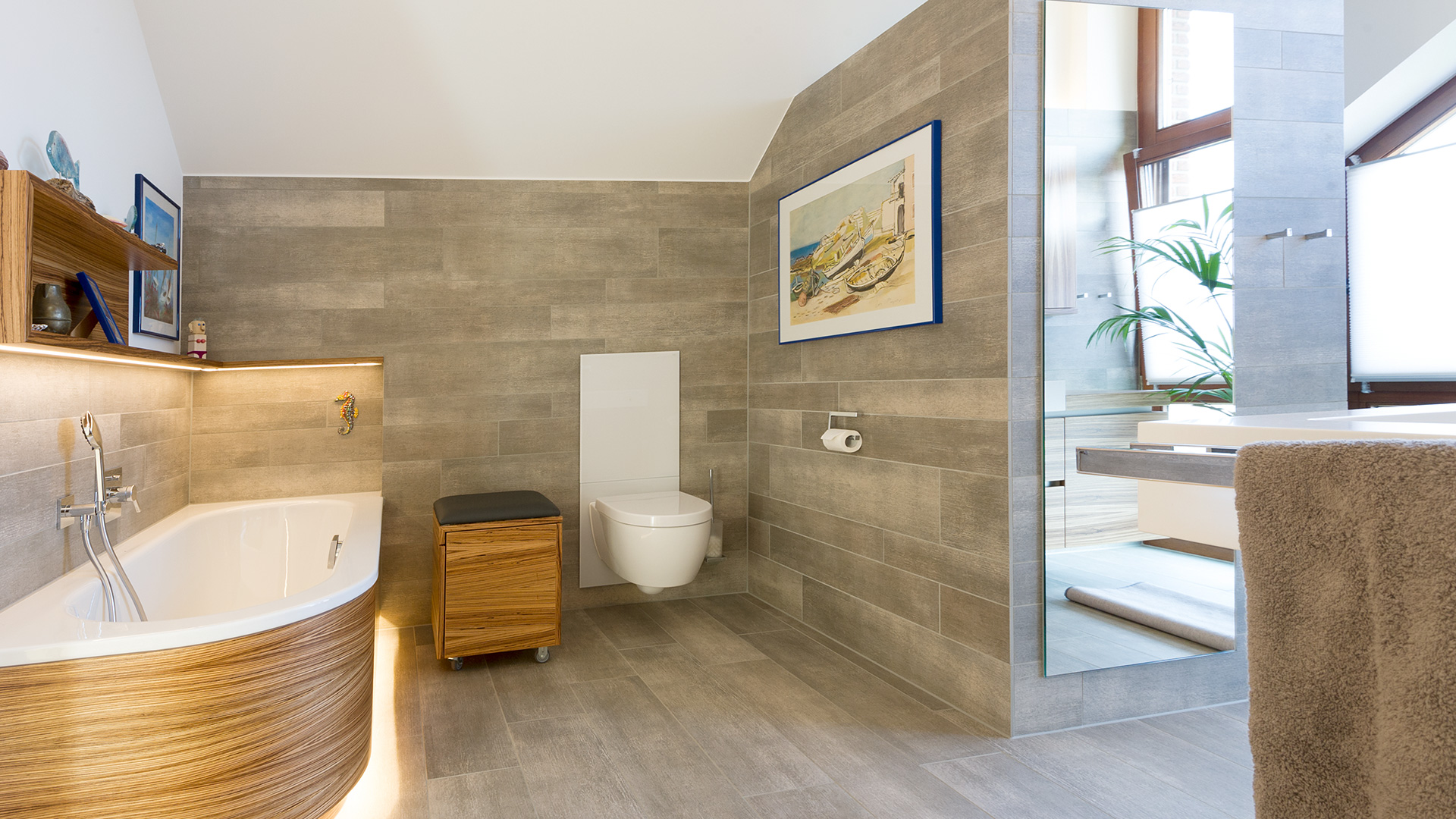 Bad mit beleuchteter Wanne und großem Spiegel in Borken