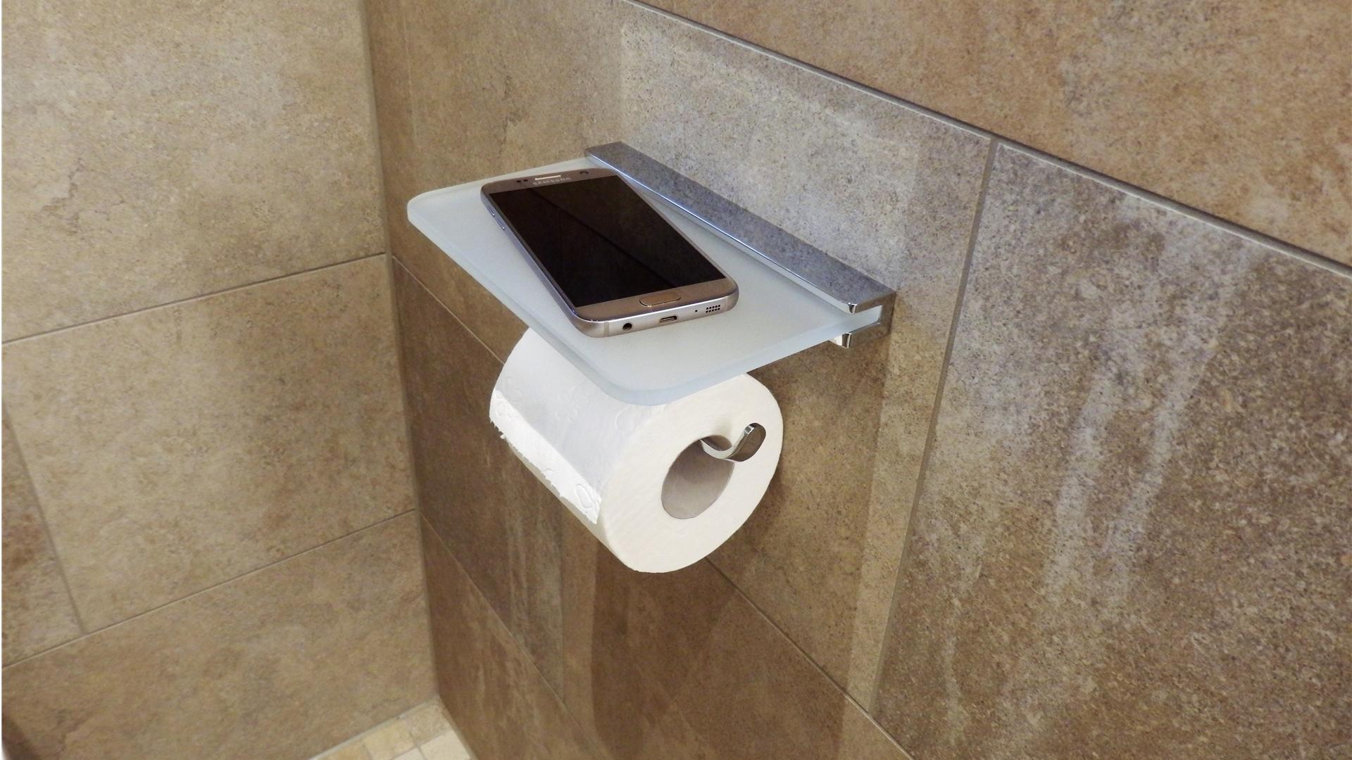 Toilettenpapierhalter mit Ablagefunktion hier ein Handy