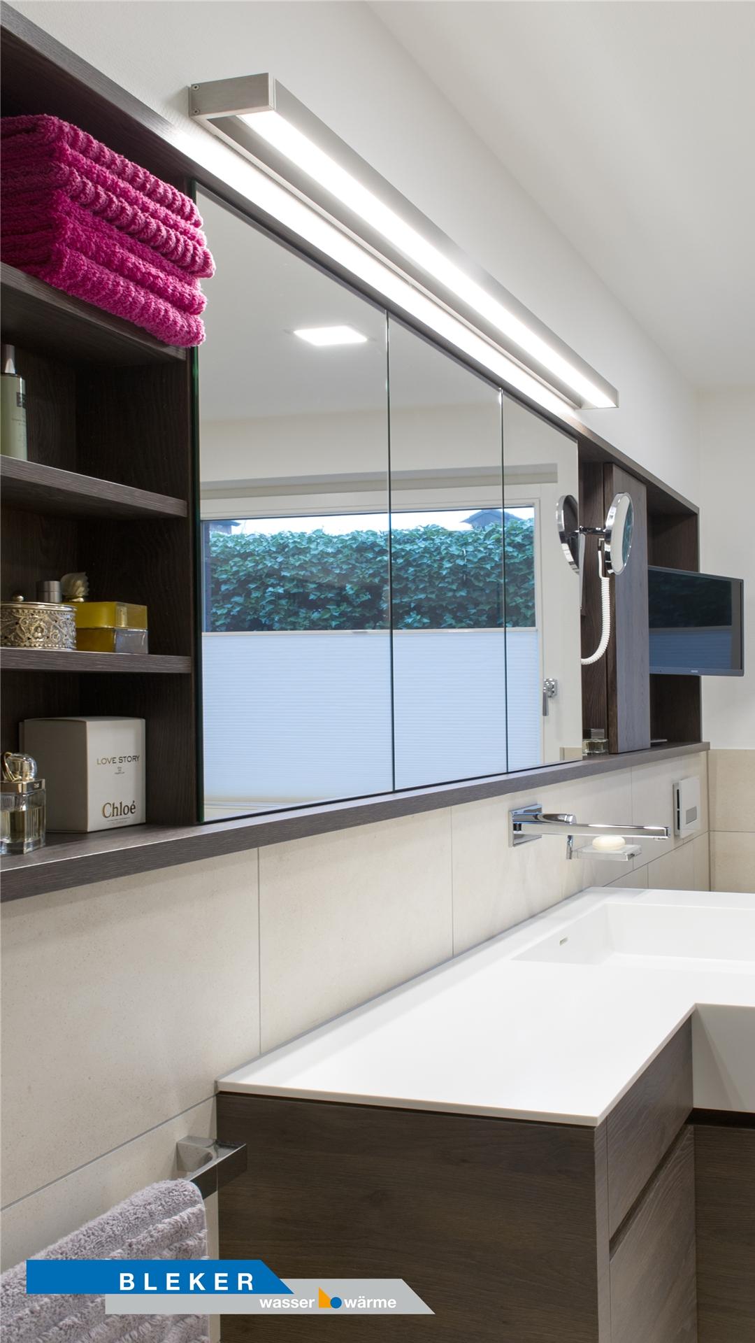toller großer Spiegelschrank in schwarzbraun mit Einbauregal