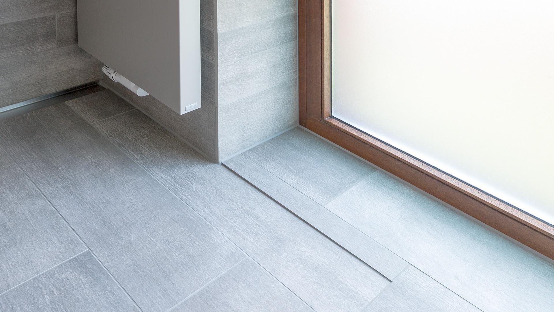 saubere Verarbeitung am Übergang zum Fenster in einem Bad in Borken