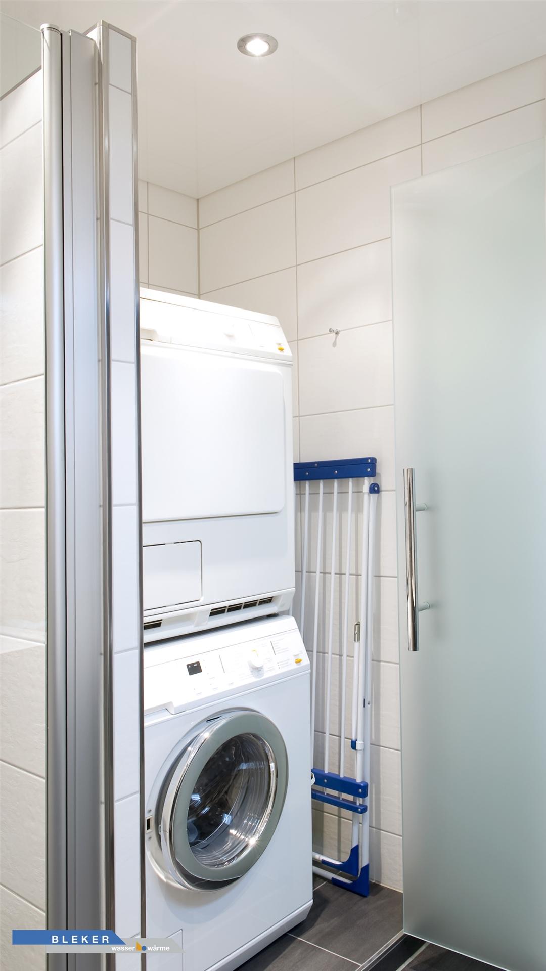 Waschmaschine und Trockner im Bad edel hinter satinierten Glastüren versteckt
