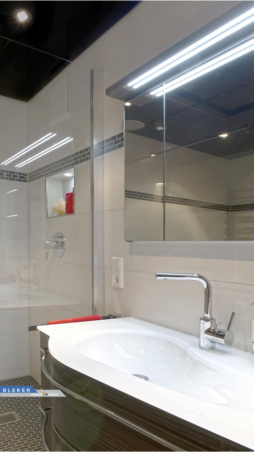 Waschtisch mit Glasbecken und Spiegelschrank