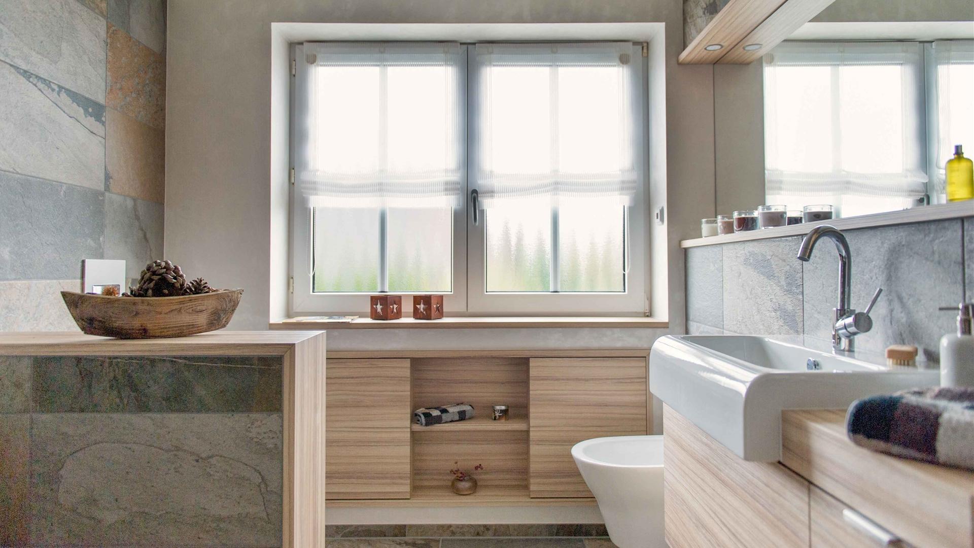 Waschtisch-Einbauschrank-Fenster