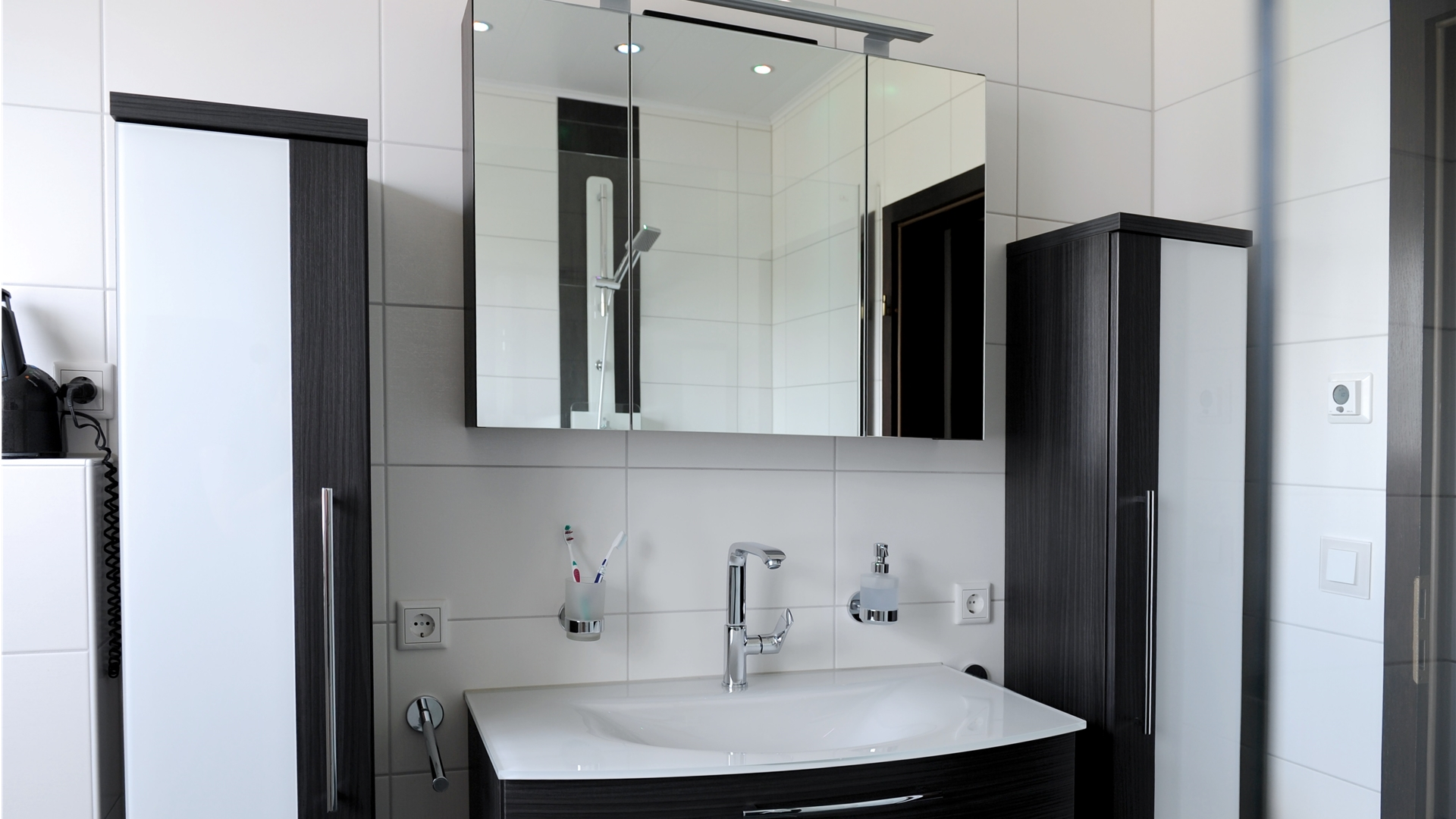 Waschtischanlage in schwarzbraun mit zwei Hochschränken