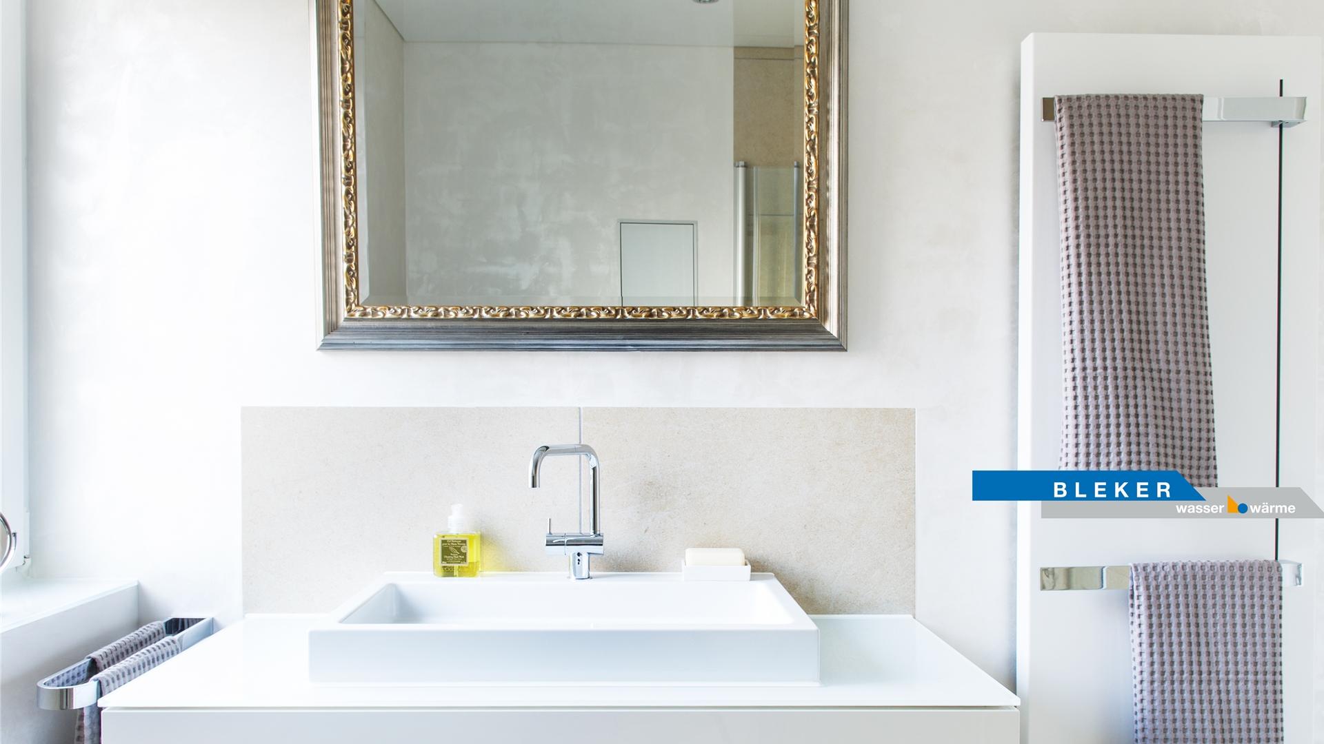 goldener Spiegel über weissem Waschtisch