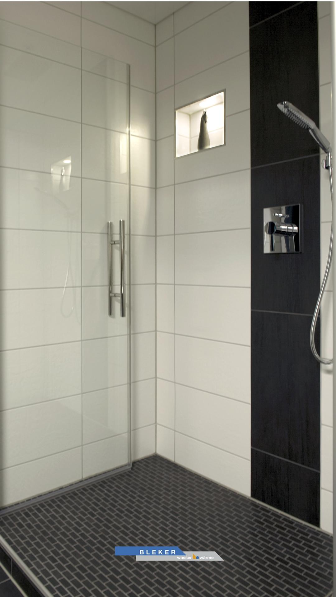 Große Dusche in schwarz weiß gefliest